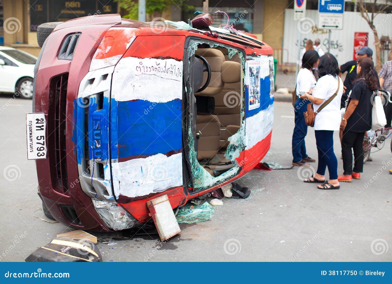 La voiture de la police après se heurtent le protestataire anti-gouvernement