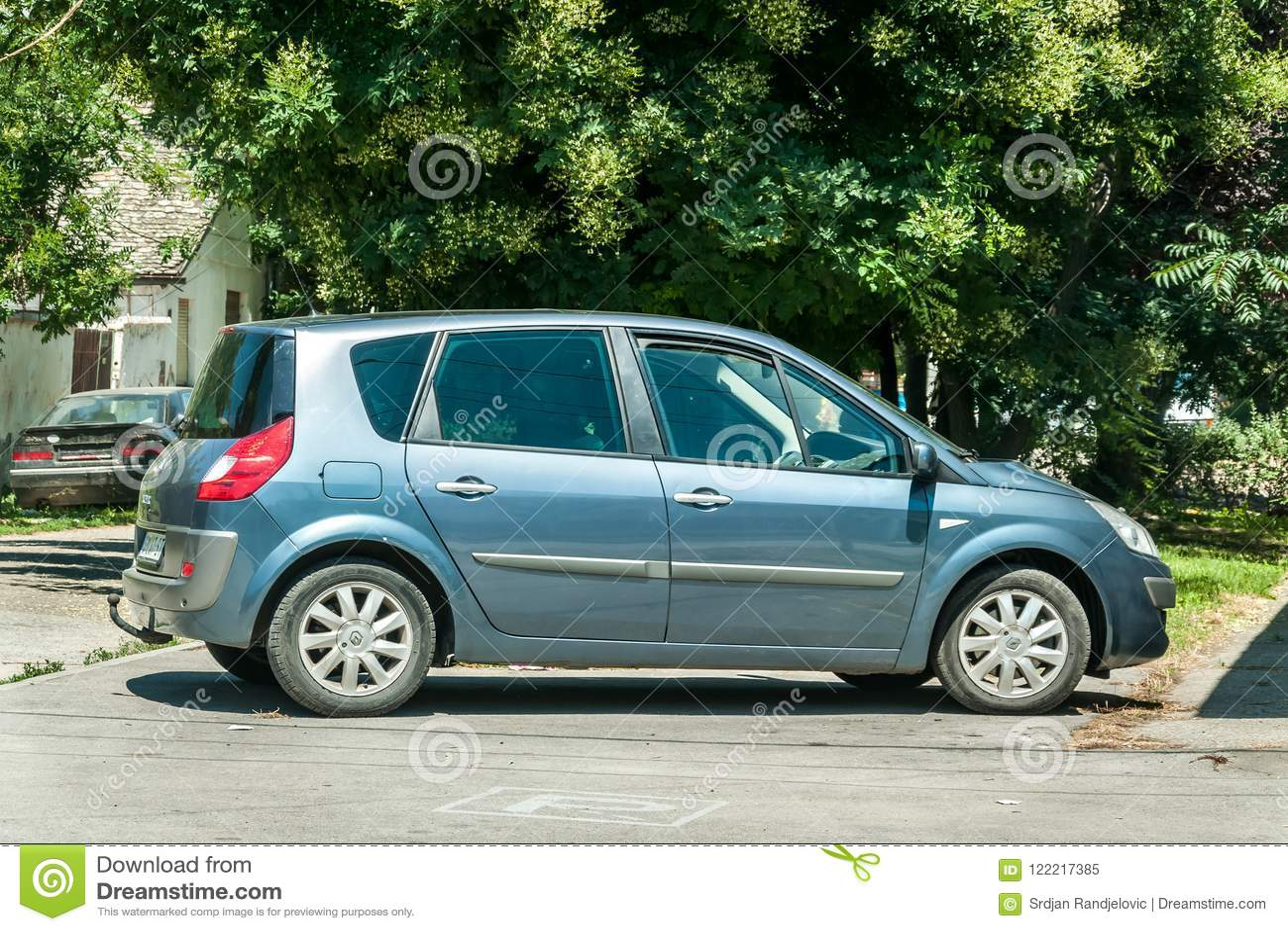 La voiture de Renault Scenic 1,9 DCI a garé sur la rue