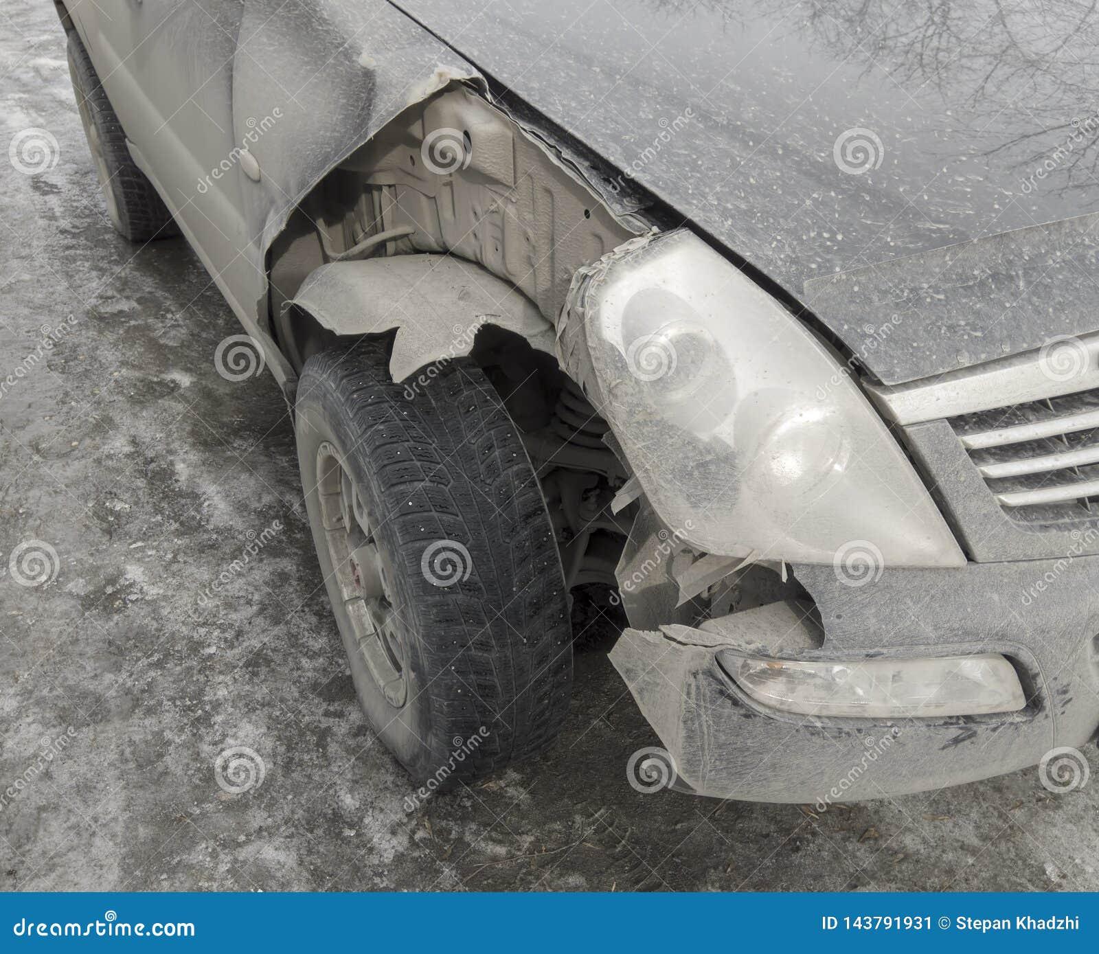 La voiture s est brisée le détail Automobile cassée de pièce d avant