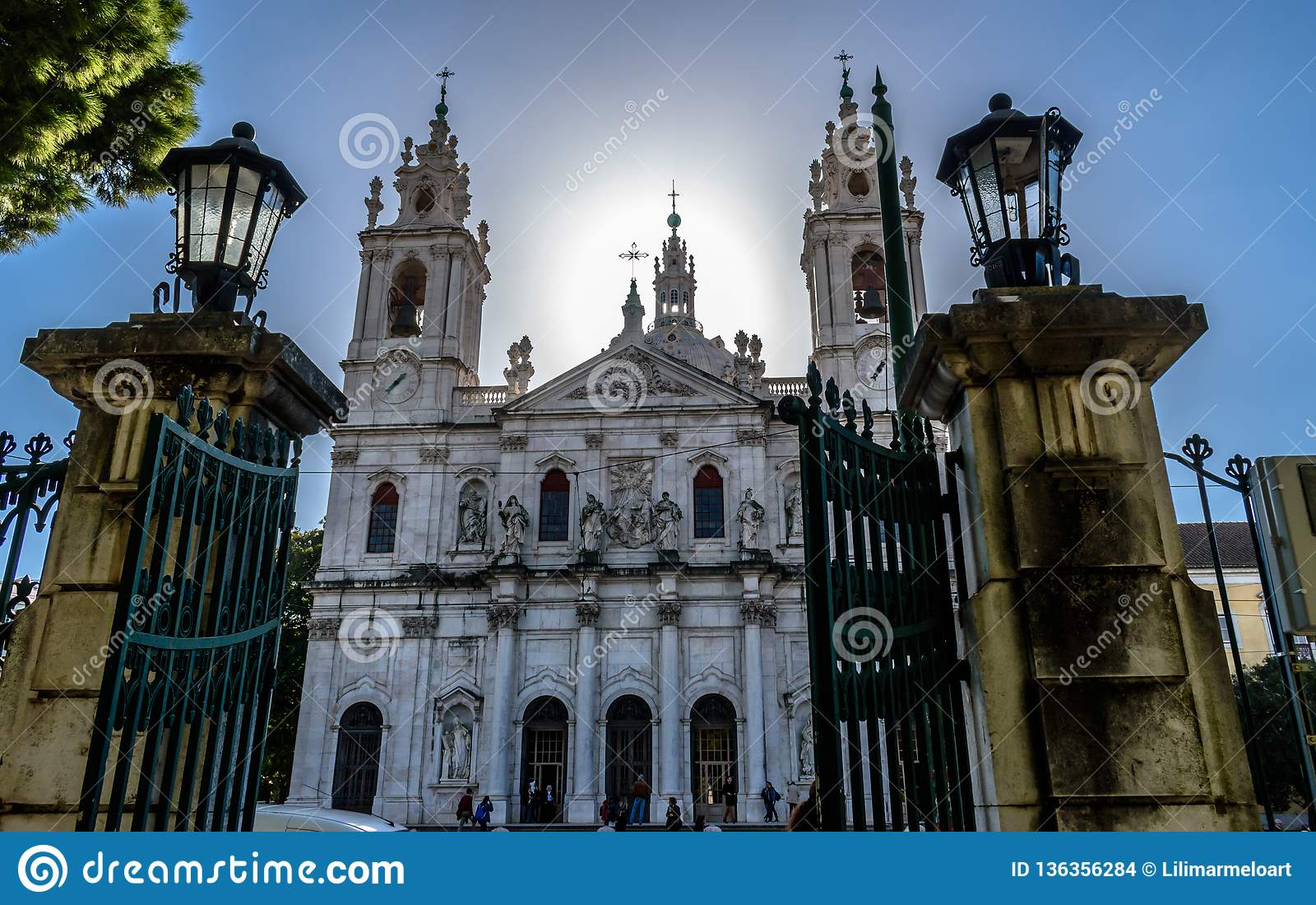La vue à la basilique DA Estrela a encadré par les portes de Jardim DA Estrela, Lapa - Portugal