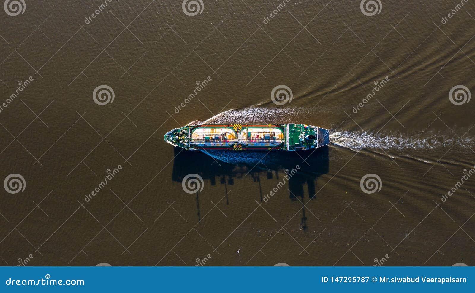 La vue aérienne a liquéfié le bateau-citerne de LPG de gaz de pétrole, le pétrolier logistique et l huile et l industrie du gaz d