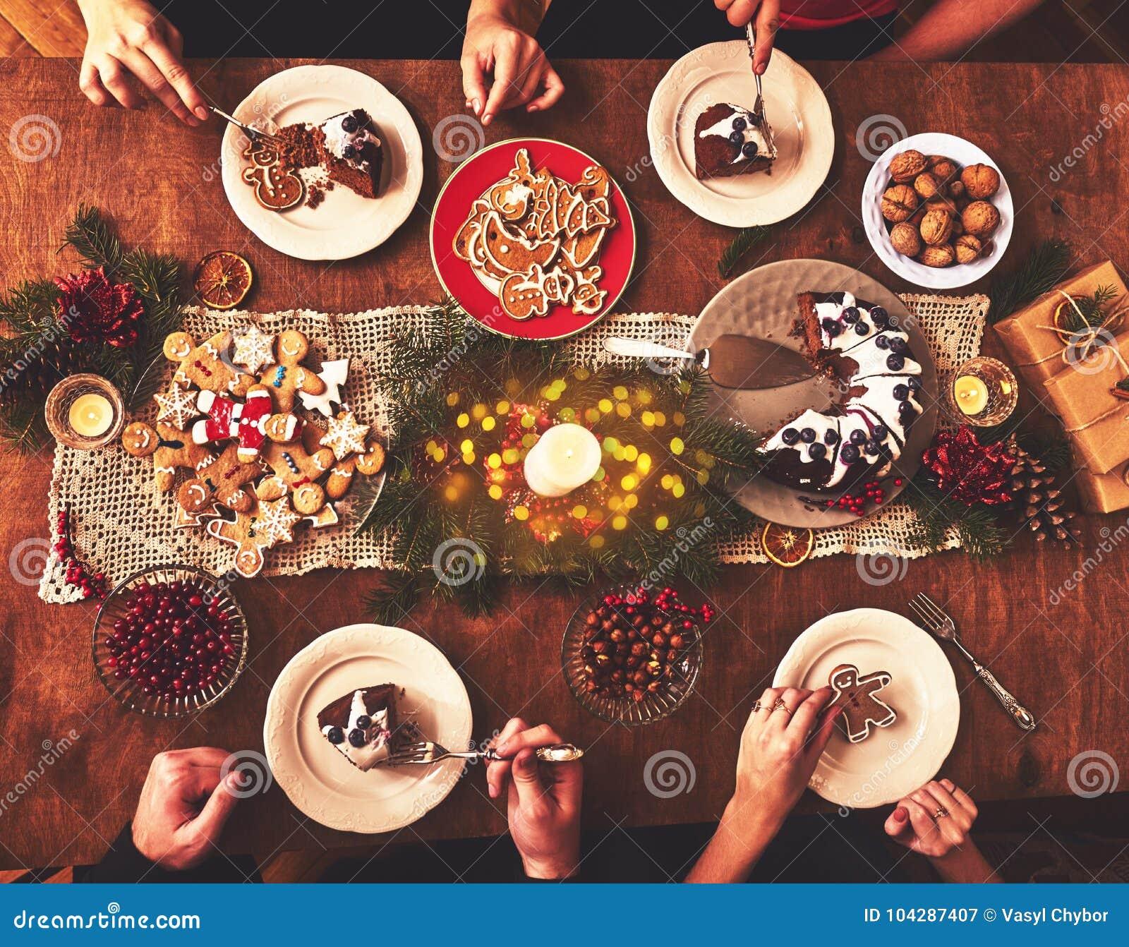 La vue courbe de la table a servi au dîner de famille de Noël tabulateur