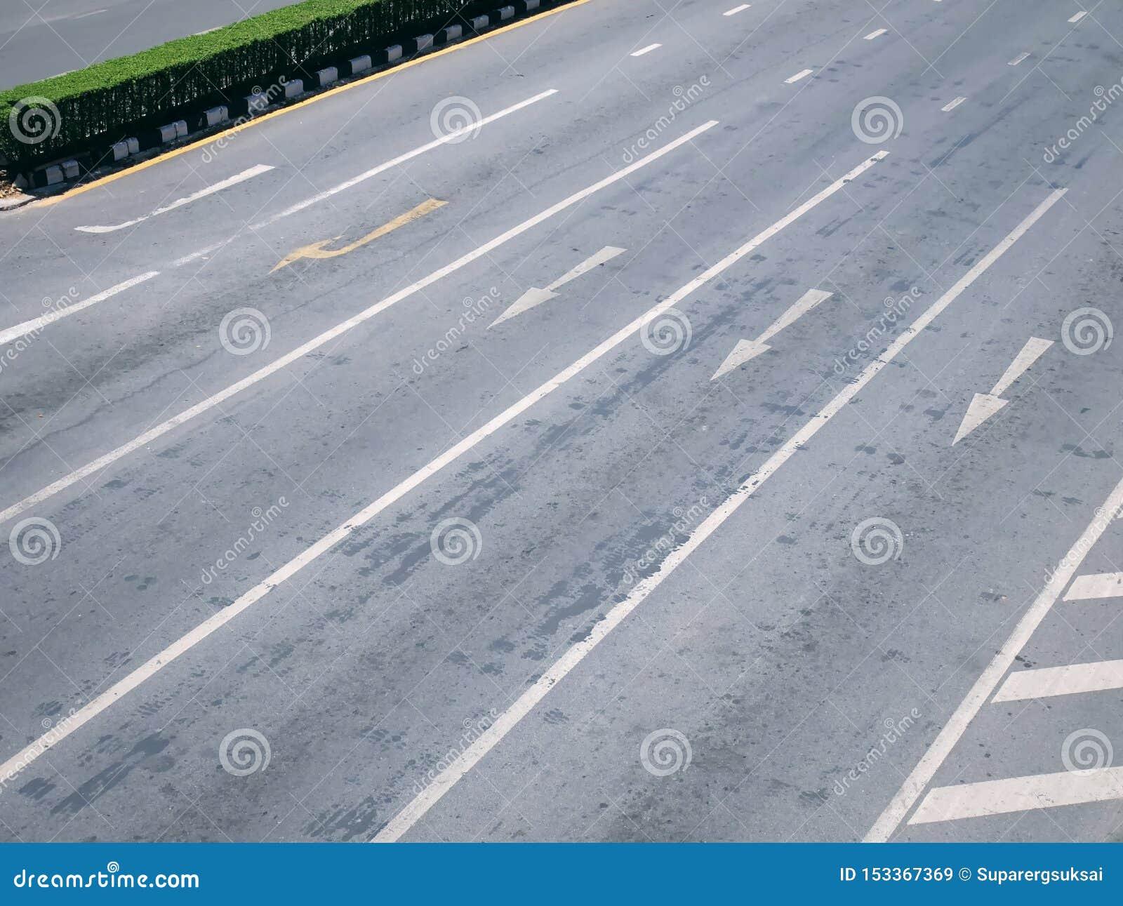 La vue courbe des flèches du trafic de vont directement et tournent la droite sur les ruelles multiples