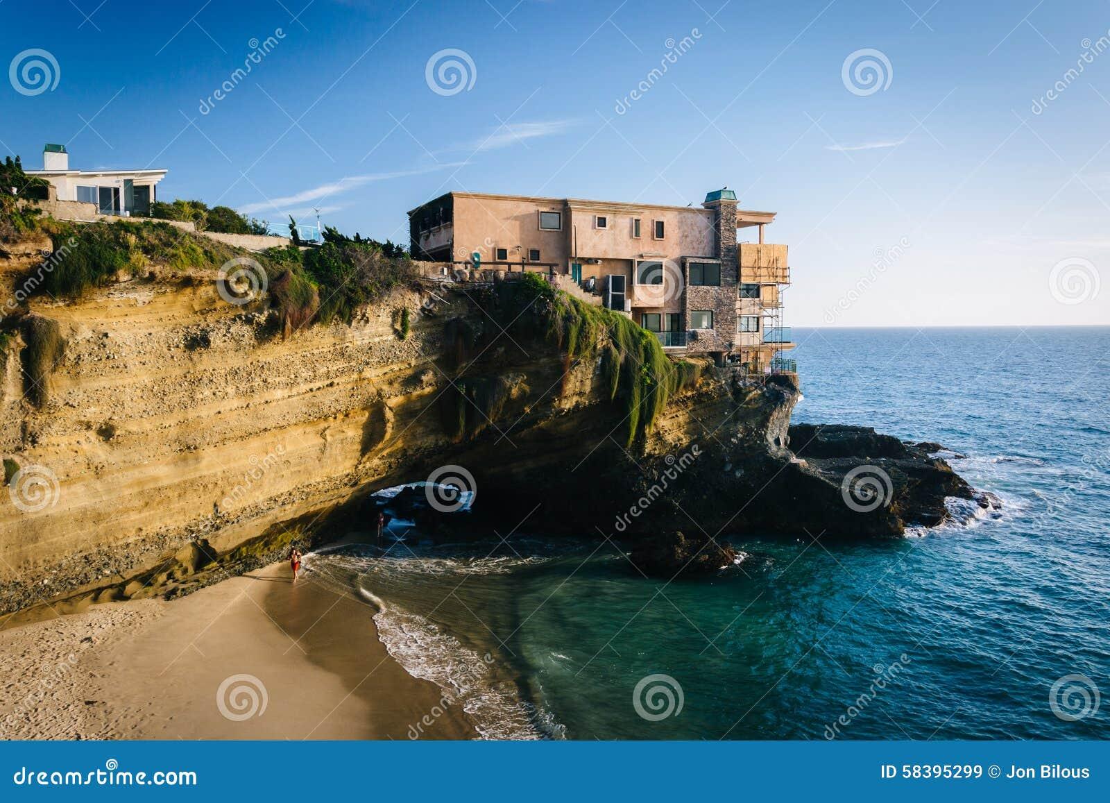 La vue d 39 une maison sur une falaise et une petite crique - Magnifique maison avec vue la laguna beach ...