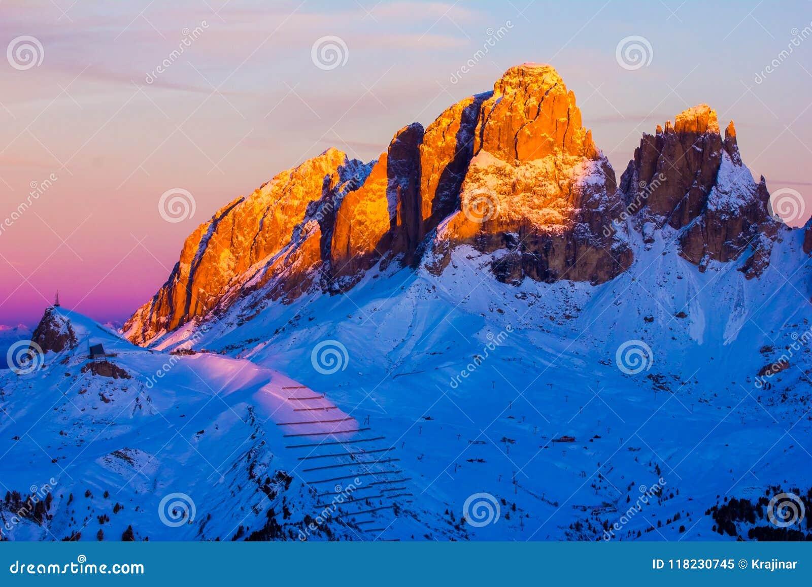 La vue de coucher du soleil de la vallée de belvédère près de Canazei de Val di Fassa, font
