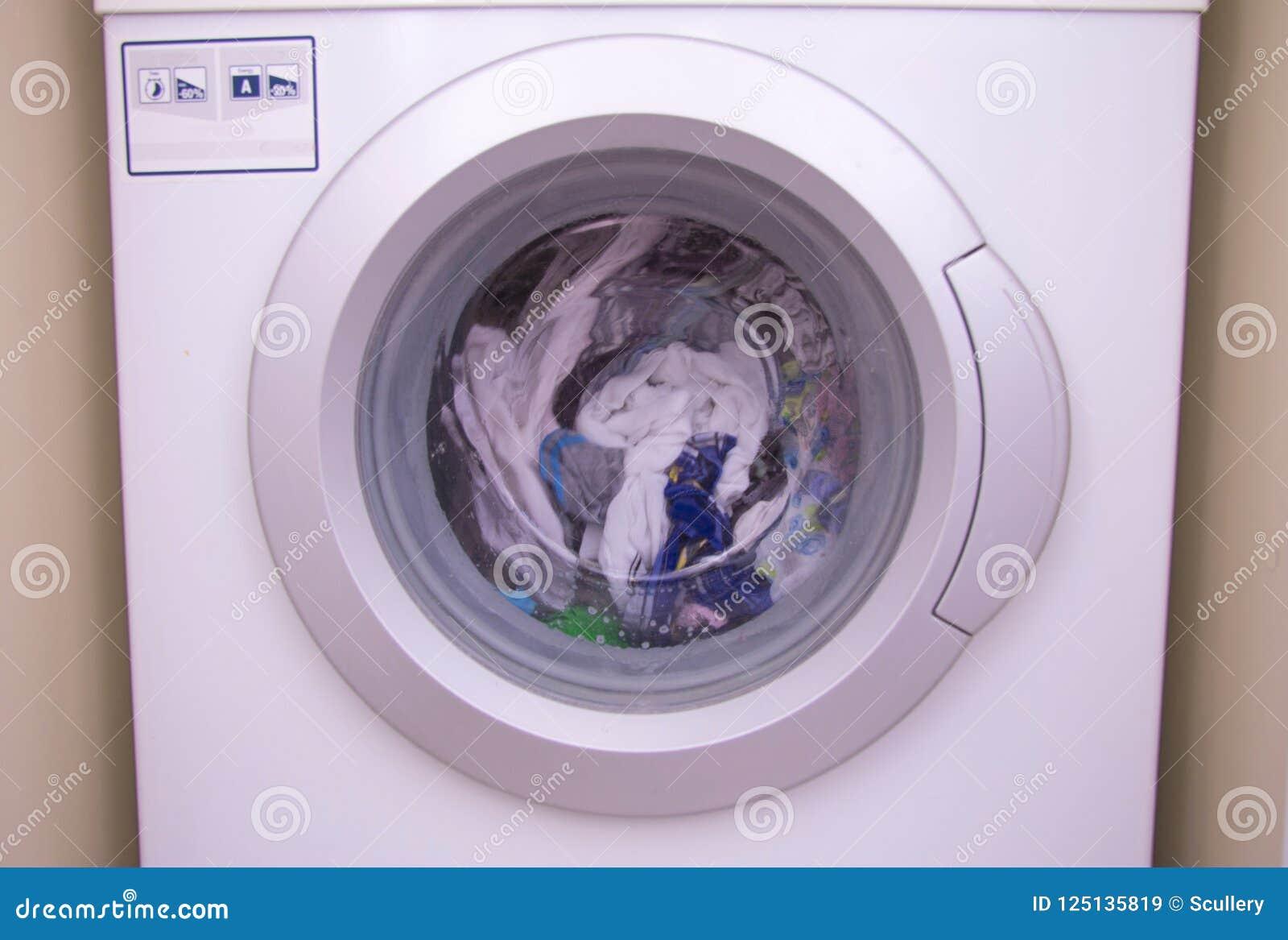 Nettoyage De La Machine À Laver la vue de face d'un tambour de machine à laver pendant le
