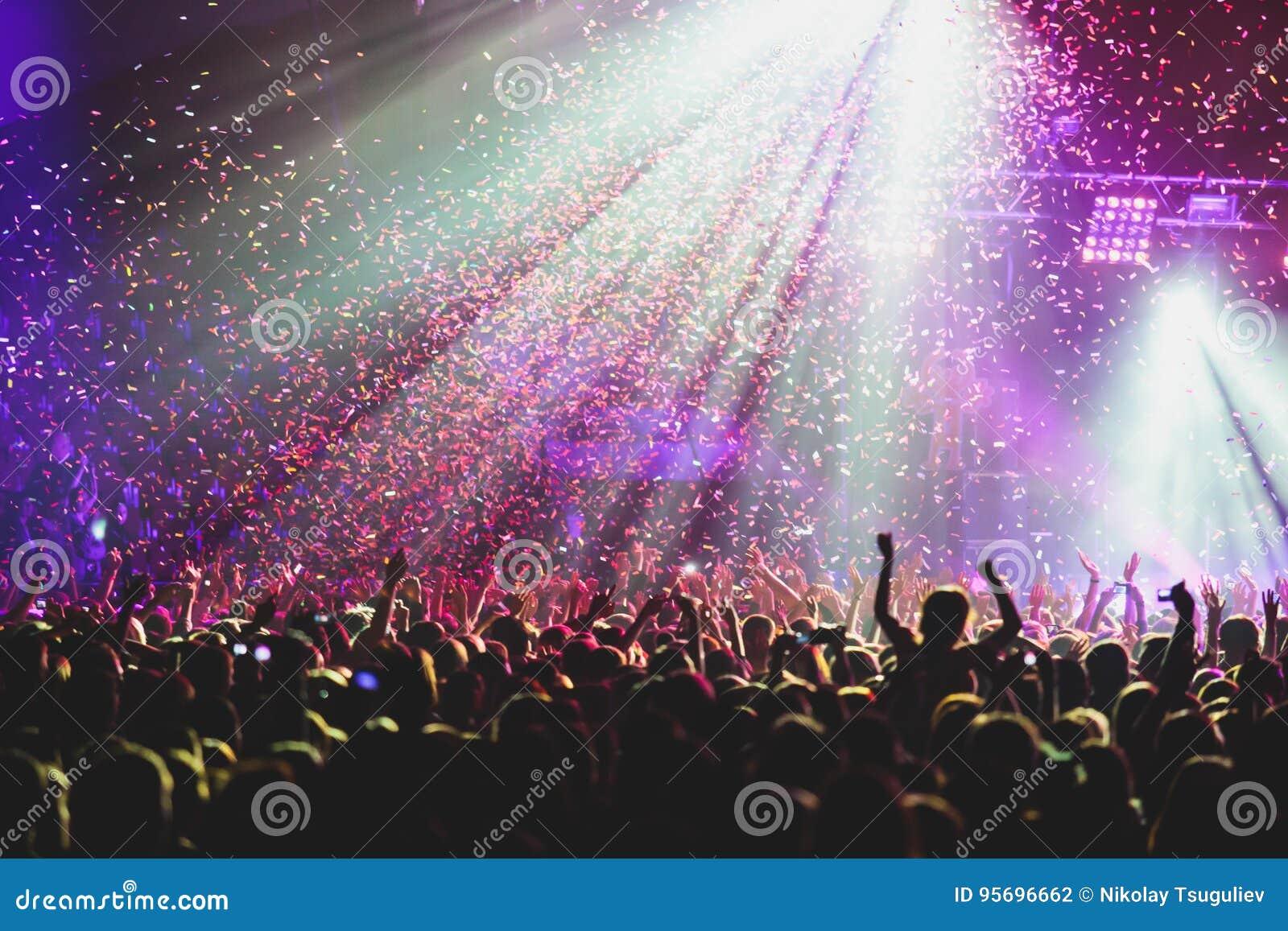 La vue de l exposition de concert de rock dans la grande salle de concert, avec la foule et les lumières d étape, une salle de co