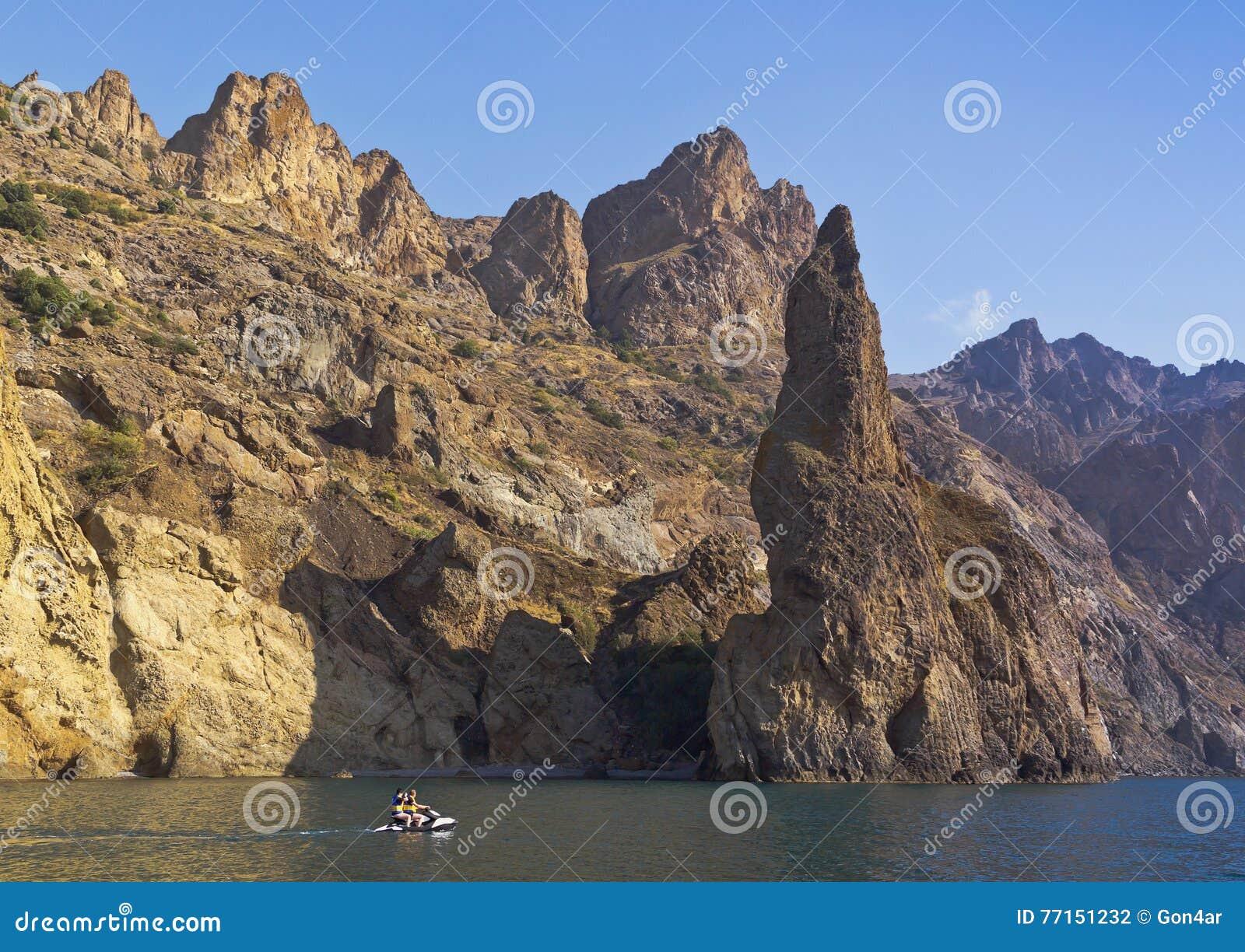 La vue de la mer aux formations de roche peu communes du Kara-Dag