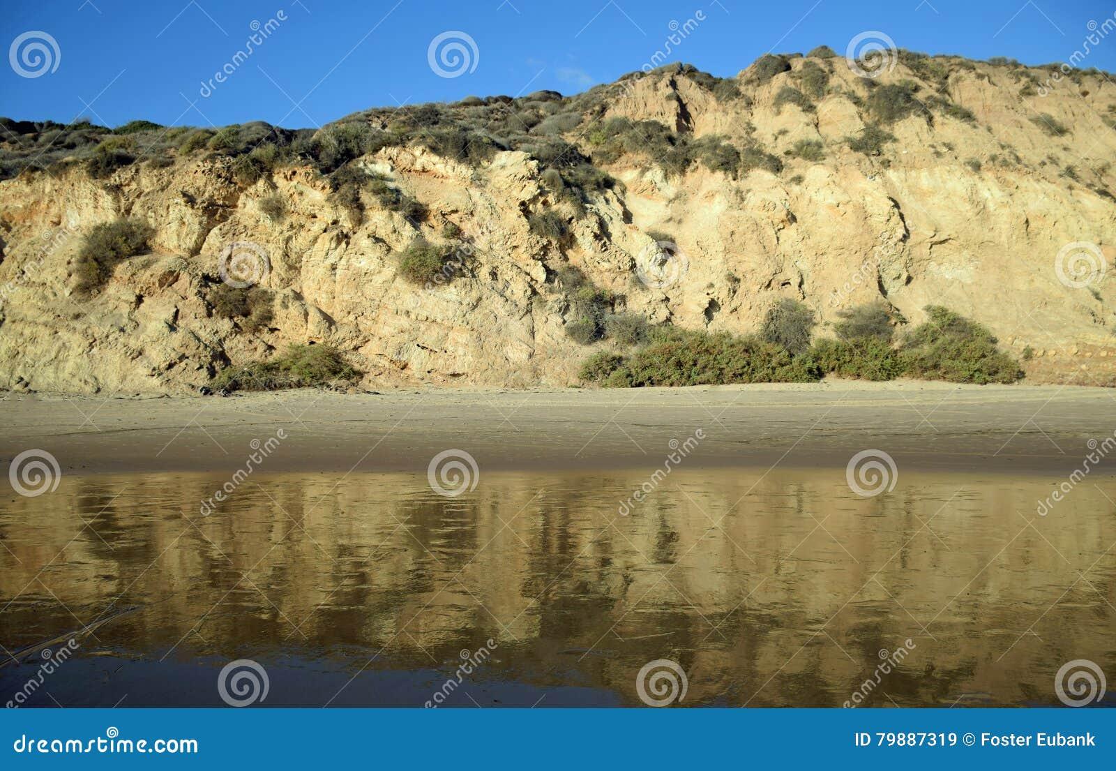 La vue de la plage bluffe en Crystal Cove State Park, la Californie du sud