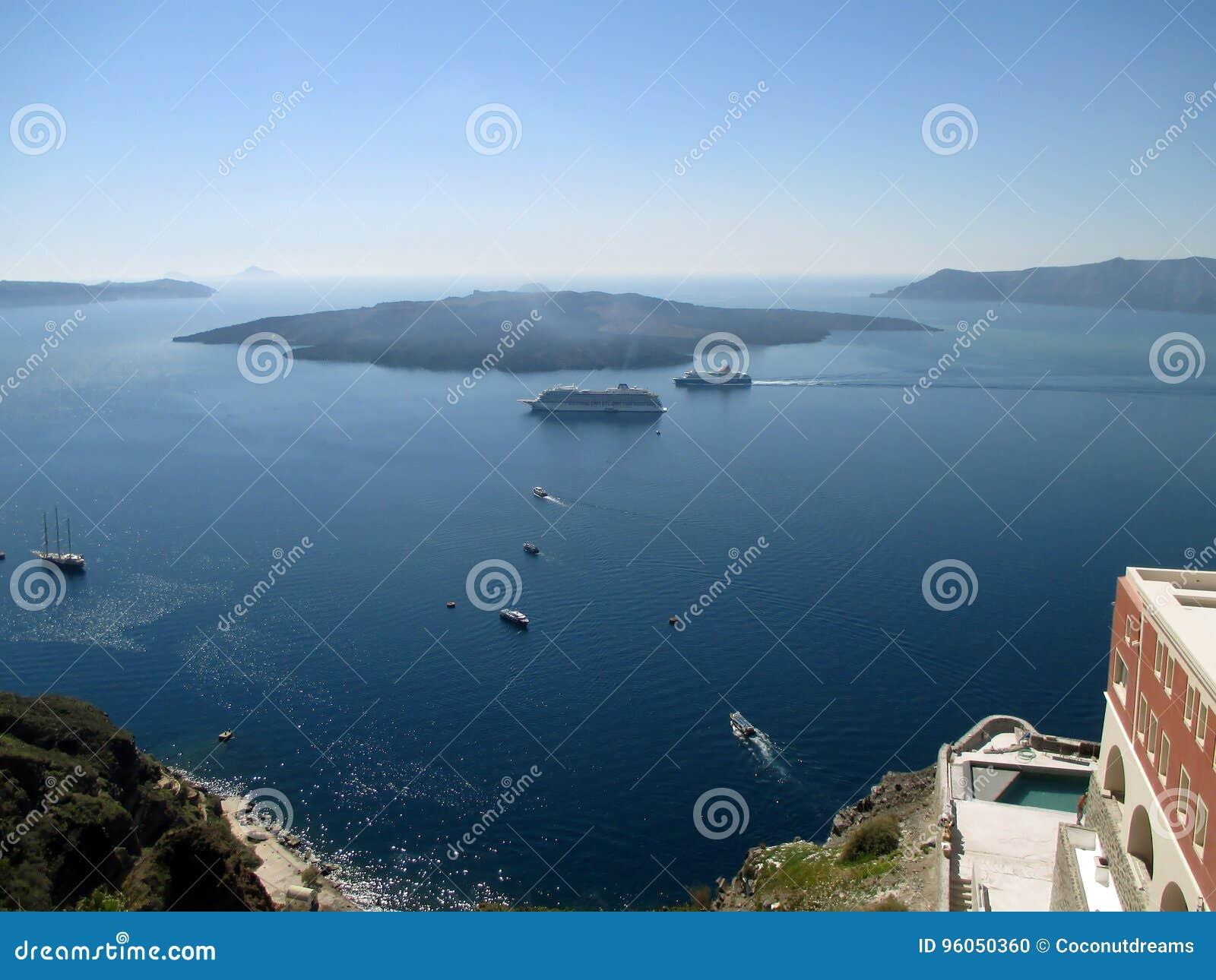 La vue de Nea Kameni d île volcanique du village de Fira de Santorini, Grèce