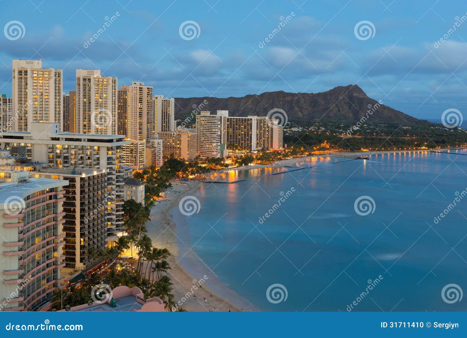 La vue de nuit sur la ville de Honolulu et le Waikiki échouent