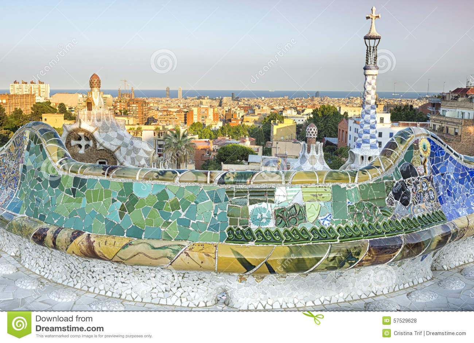 La vue de parc guell a con u par antoni gaudi barcelone for Barcelona jardin gaudi