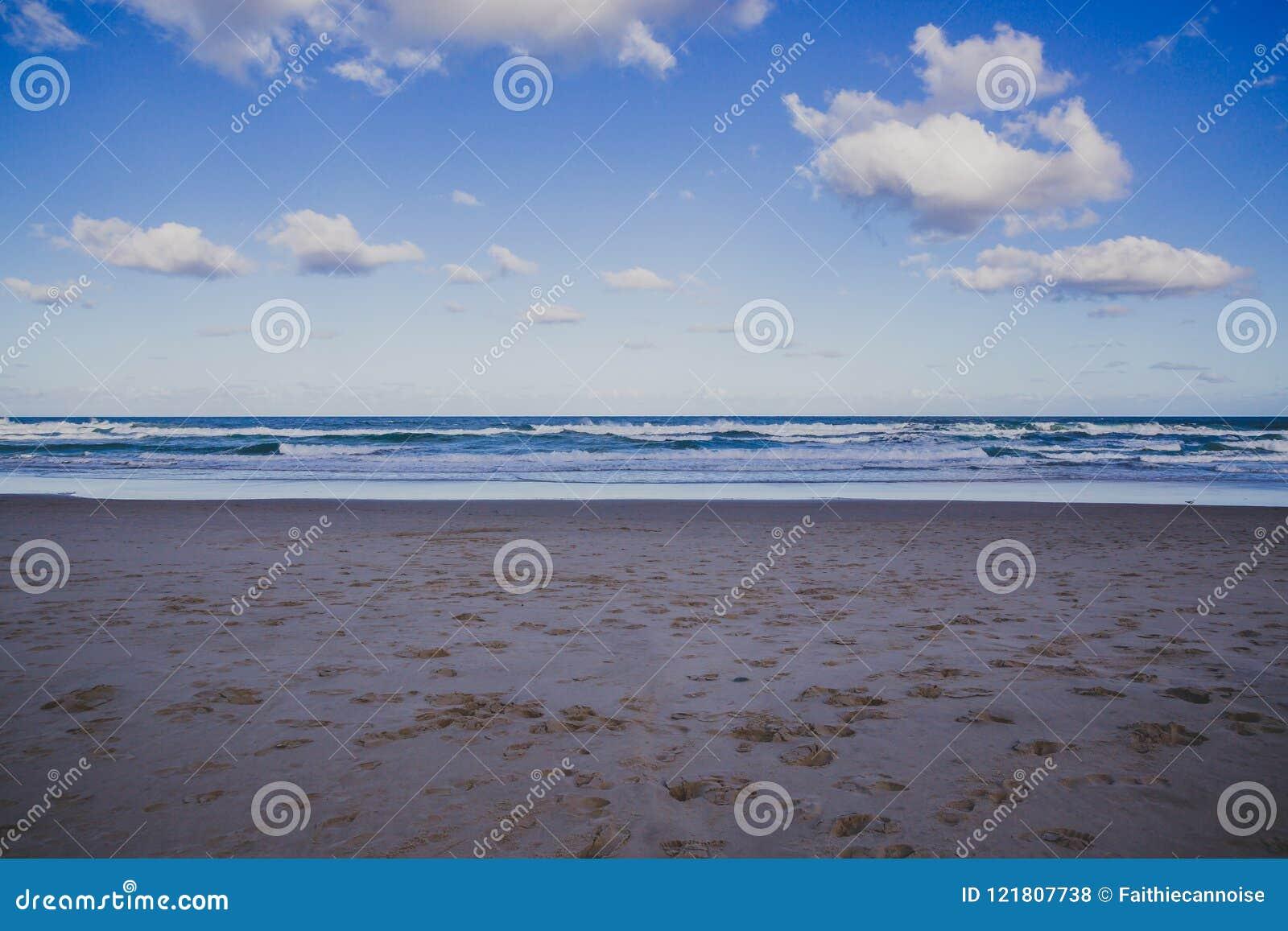 La vue de la plage principale en Gold Coast, le secteur comporte le sable d or
