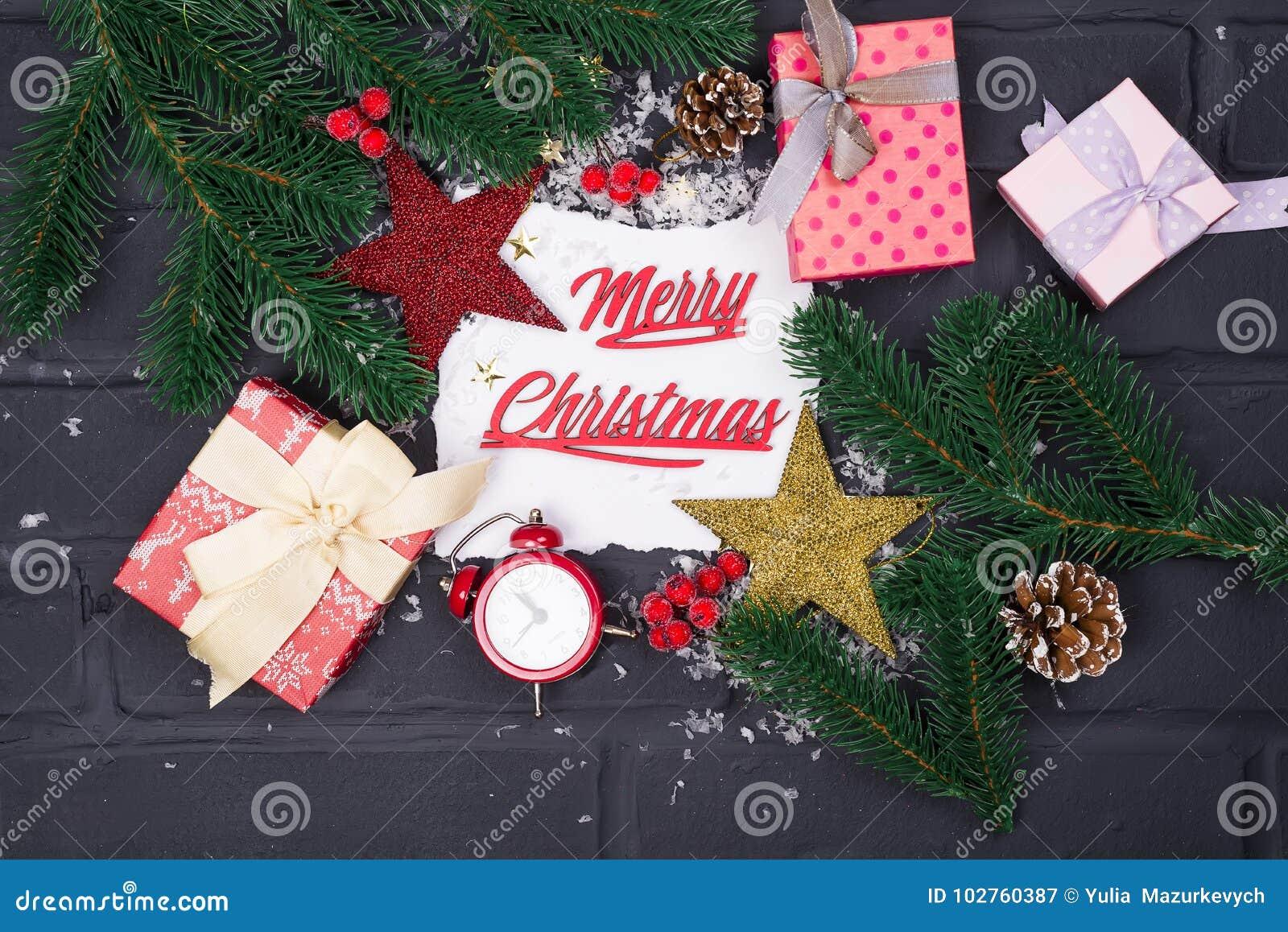 La vue des branches d arbre de Noël, des boîte-cadeau, des horloges rouges et de Noël joue autour d une feuille de papier blanche