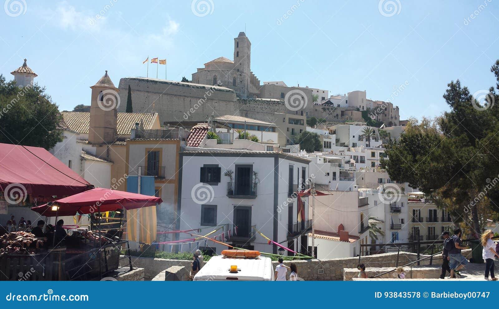 La vue du château historique d Ibiza Espagne montrant l architecture historique et ruine ce qui donnent sur la mer et les ports