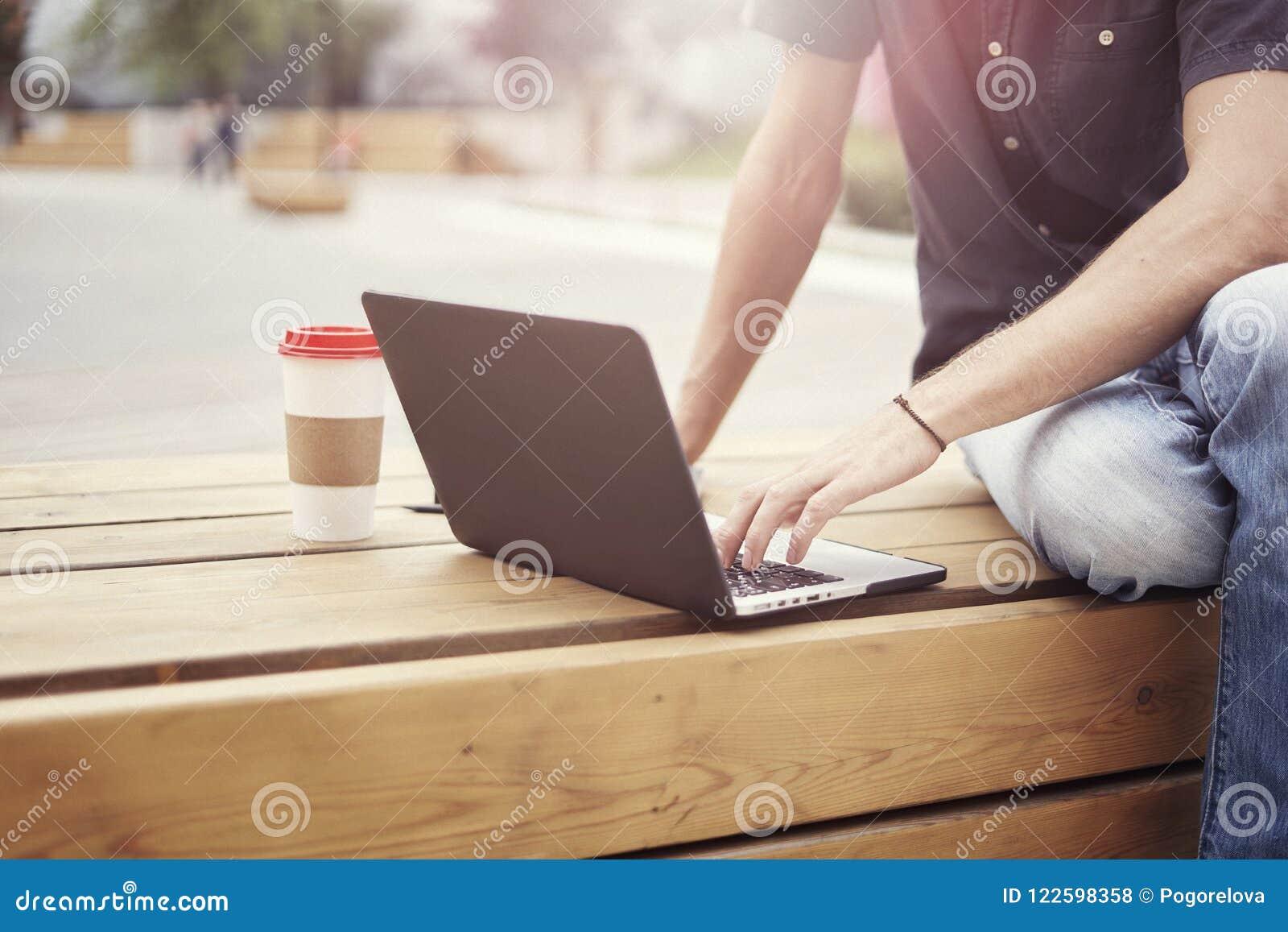 La vue en gros plan de homme des mains travaillant sur lordinateur