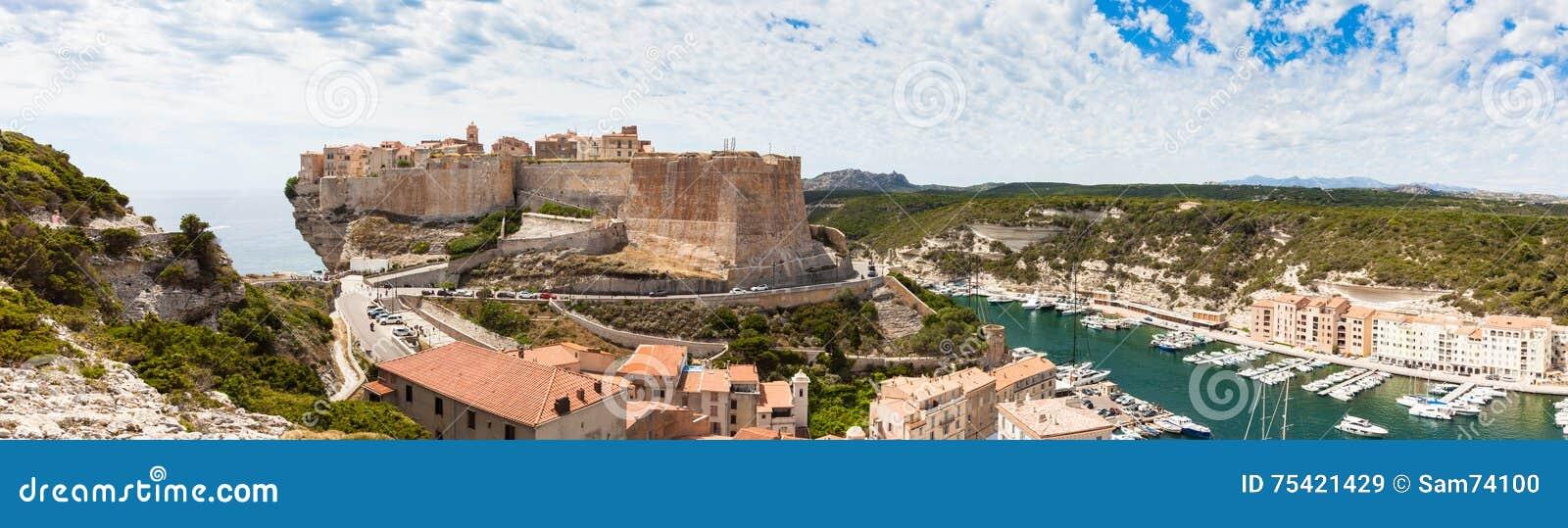 La vue panoramique de la vieille ville de Bonifacio construite sur la falaise bascule