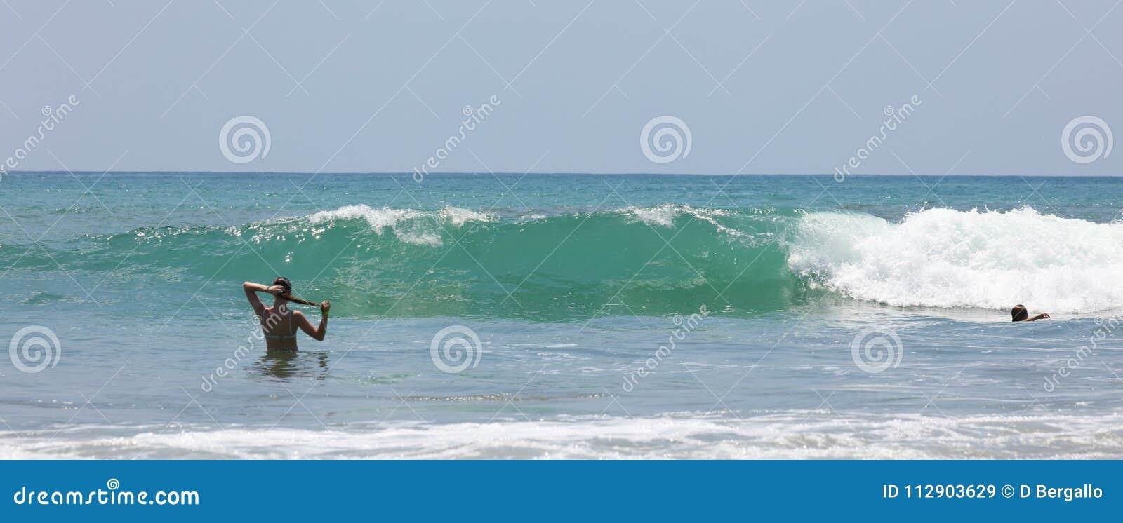 La vue panoramique de la plage de parc national de Manuel Antonio en Costa Rica, la plupart des belles plages dans le monde, surf