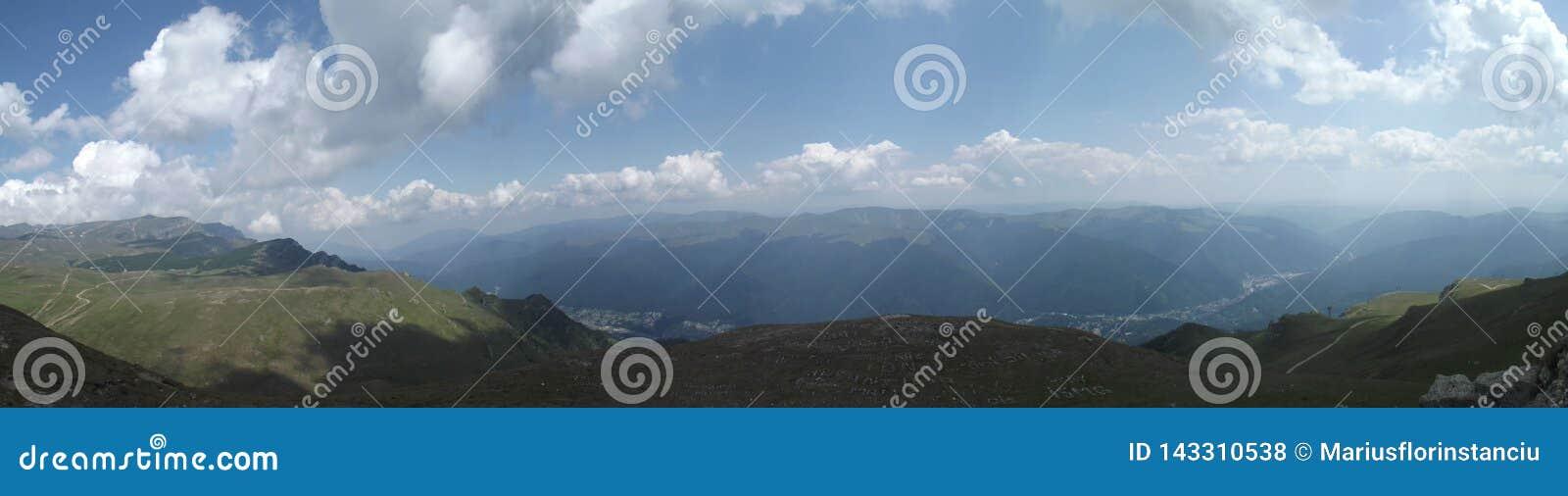 La vue panoramique du haut des montagnes de Bucegi et, dans la distance, de la vallée de Prahova