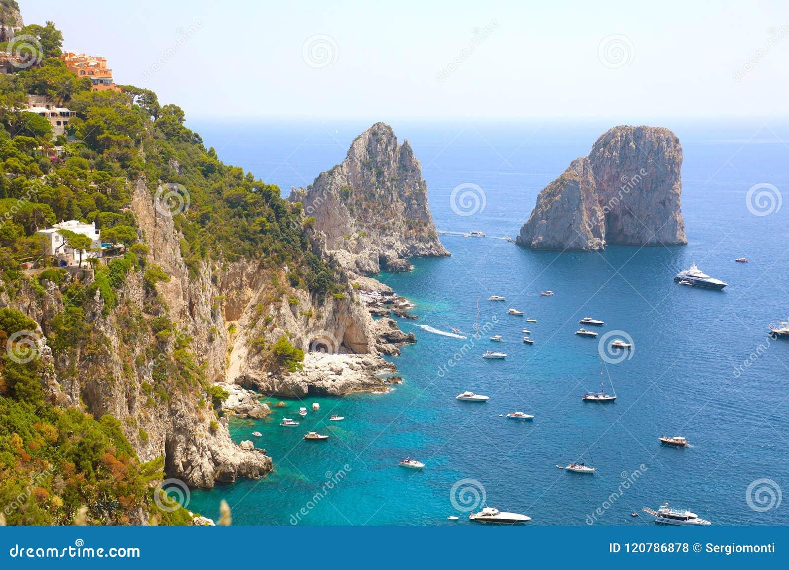 La vue renversante de l île de Capri dans un beau jour d été avec Faraglioni bascule Capri, Italie