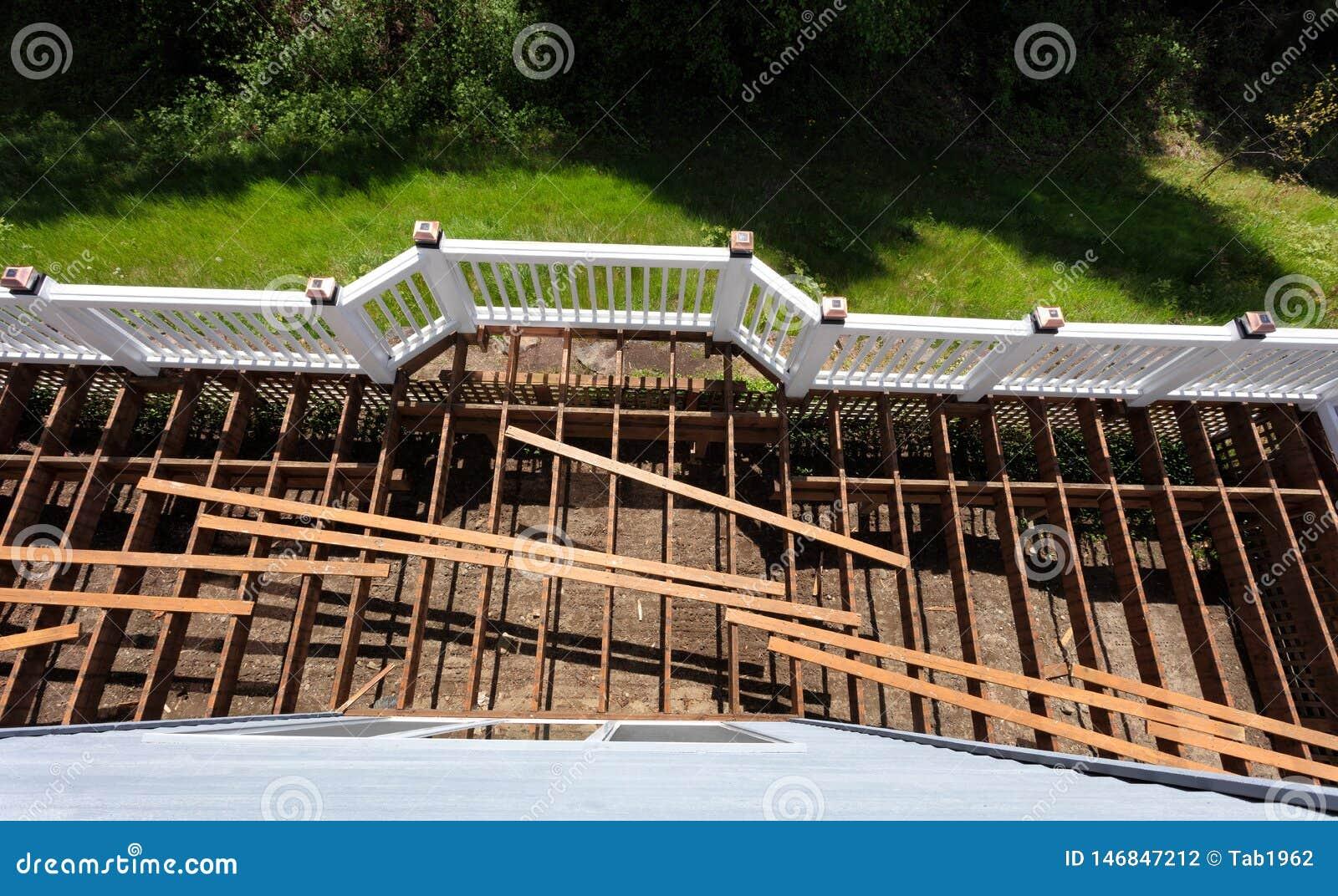 La vue supérieure d une plate-forme en bois extérieure âgée de cèdre étant a démoli en raison des conseils superficiels par les a