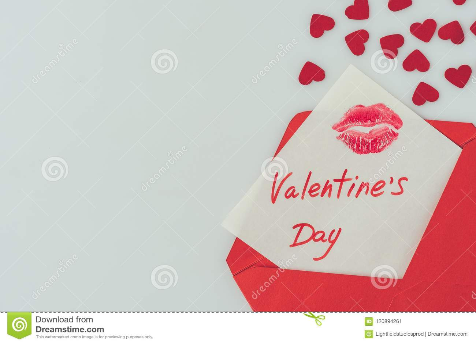 La vue supérieure de la carte postale heureuse de jour de valentines avec des lèvres impriment dans l enveloppe