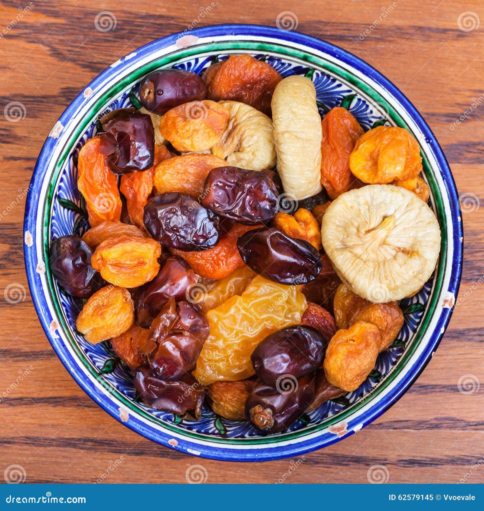 La vue supérieure de l Asiatique central a séché des fruits dans la cuvette