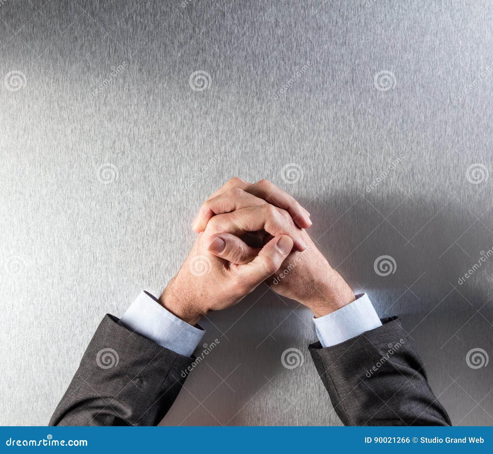 La vue supérieure de l homme d affaires commandé anonyme remet exprimer la réflexion ou la patience