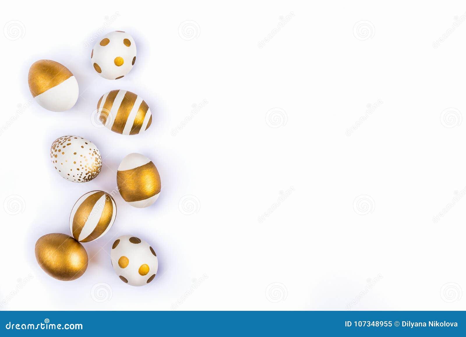 La vue supérieure des oeufs de pâques colorés avec la peinture d or differen dedans des modèles Diverses conceptions rayées et po