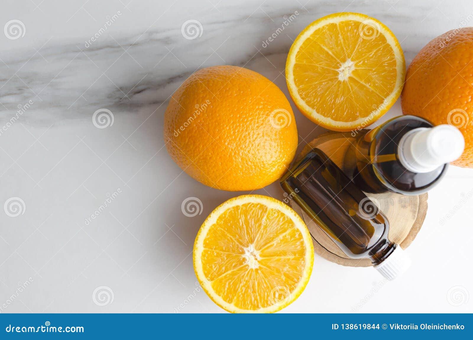 La vue supérieure des oranges et les bootles avec des cosmétiques huilent pour des traitements de soin de corps
