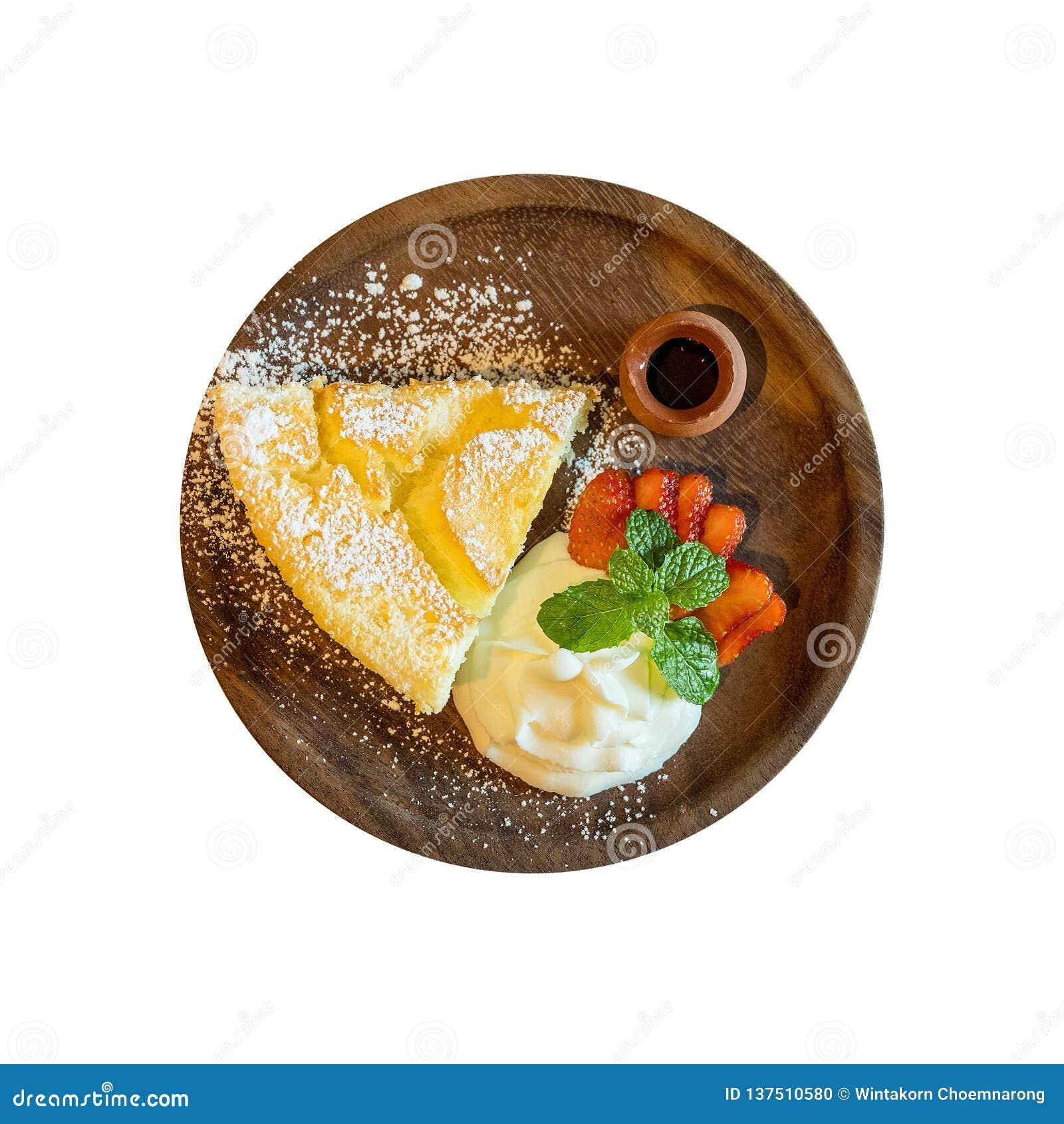 La vue supérieure du gâteau au fromage chaud de style japonais a servi avec la crème fouettée, la fraise fraîche et le sirop de m
