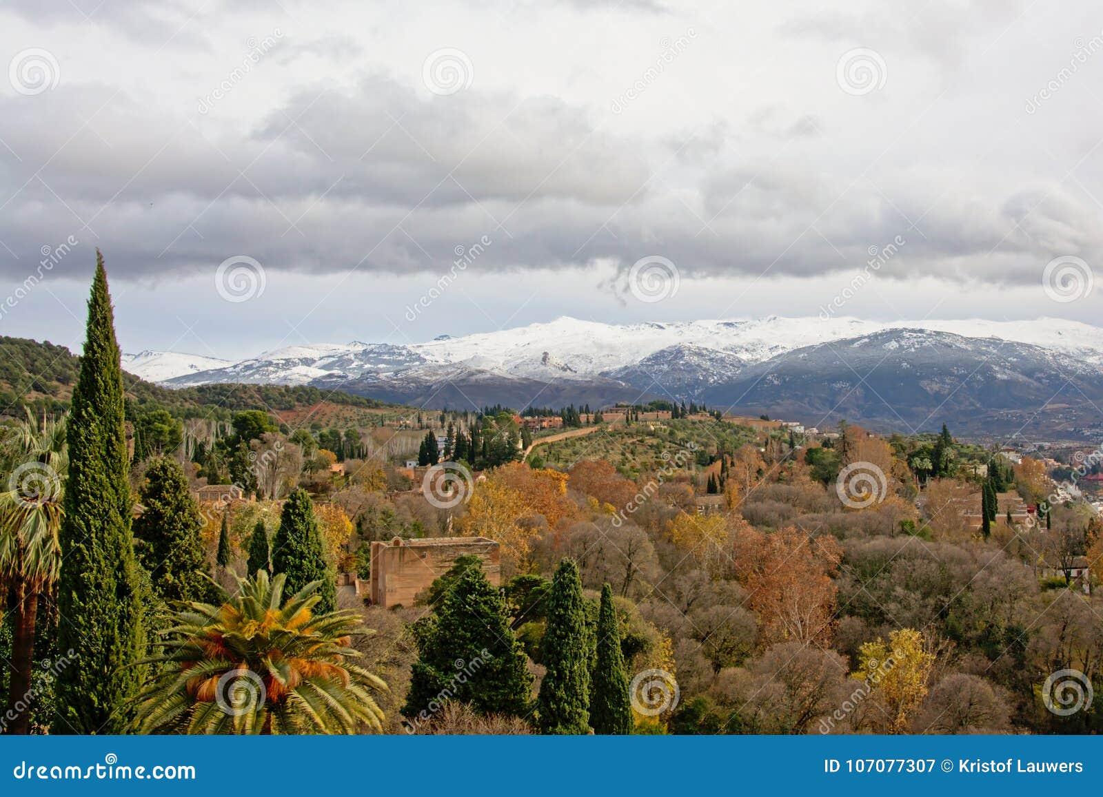 La Vue Sur Des Jardins De Generalife Et Les Montagnes De Sierra Nevada D Alhambra Se Retranchent Grenade Espagne Un Jour Nuageu Image Stock Image Du Europe Scenique 107077307