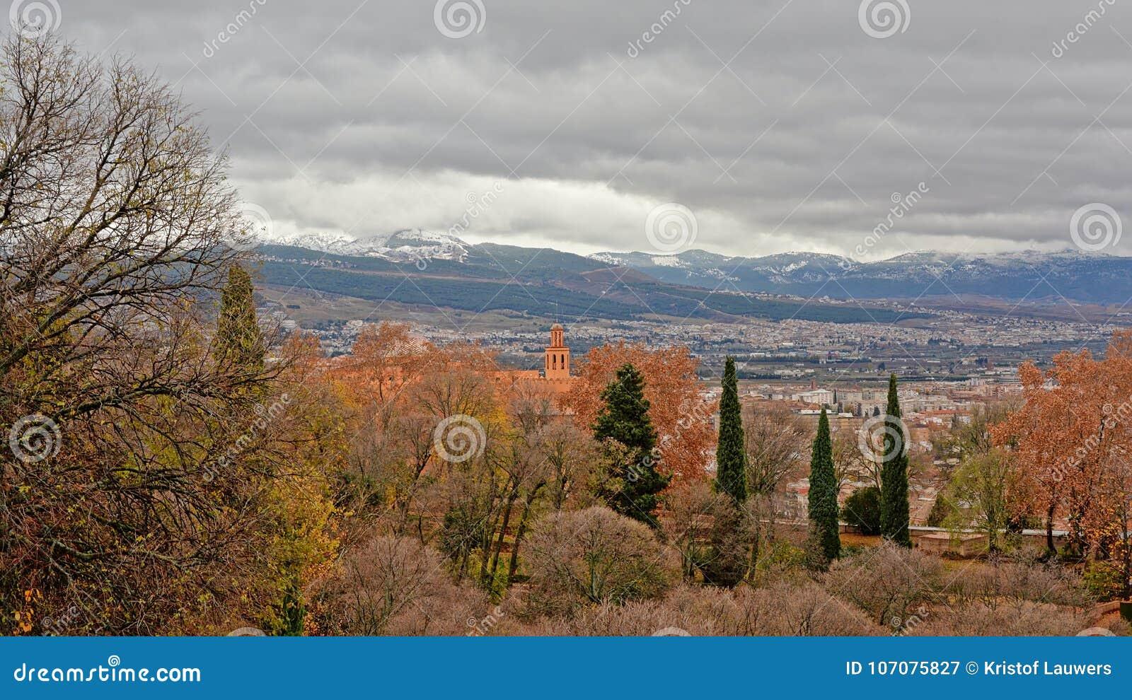 La Vue Sur Des Jardins De Generalife Grenade Et Les Chapeaux De Neige Des Montagnes De Sierra Nevada Des Murs D Alhambra Se Retr Image Stock Image Du Alhambra Generalife 107075827