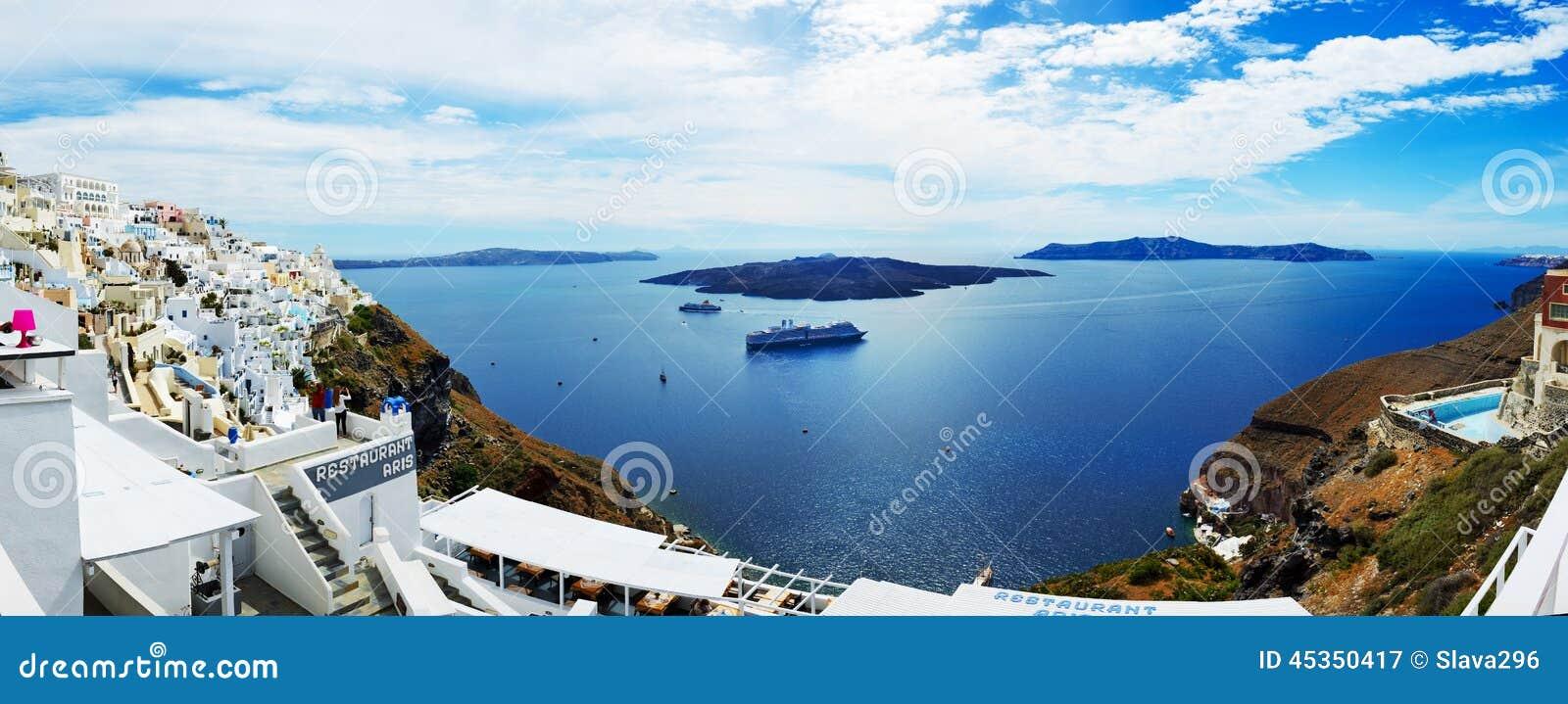 La vue sur la ville et les touristes de Fira appréciant leurs vacances