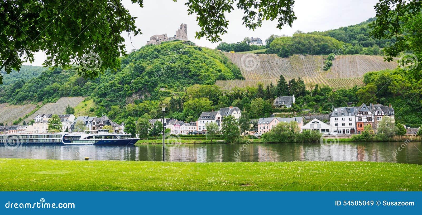 La vue vers la rivière de la Moselle avec le revêtement de passager, landshut de ruine et soit