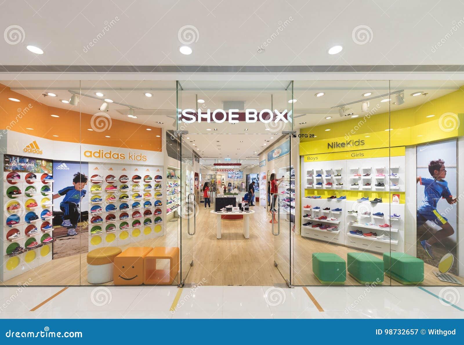 La Zapatería De Los Niños De La Caja De Zapatos En El