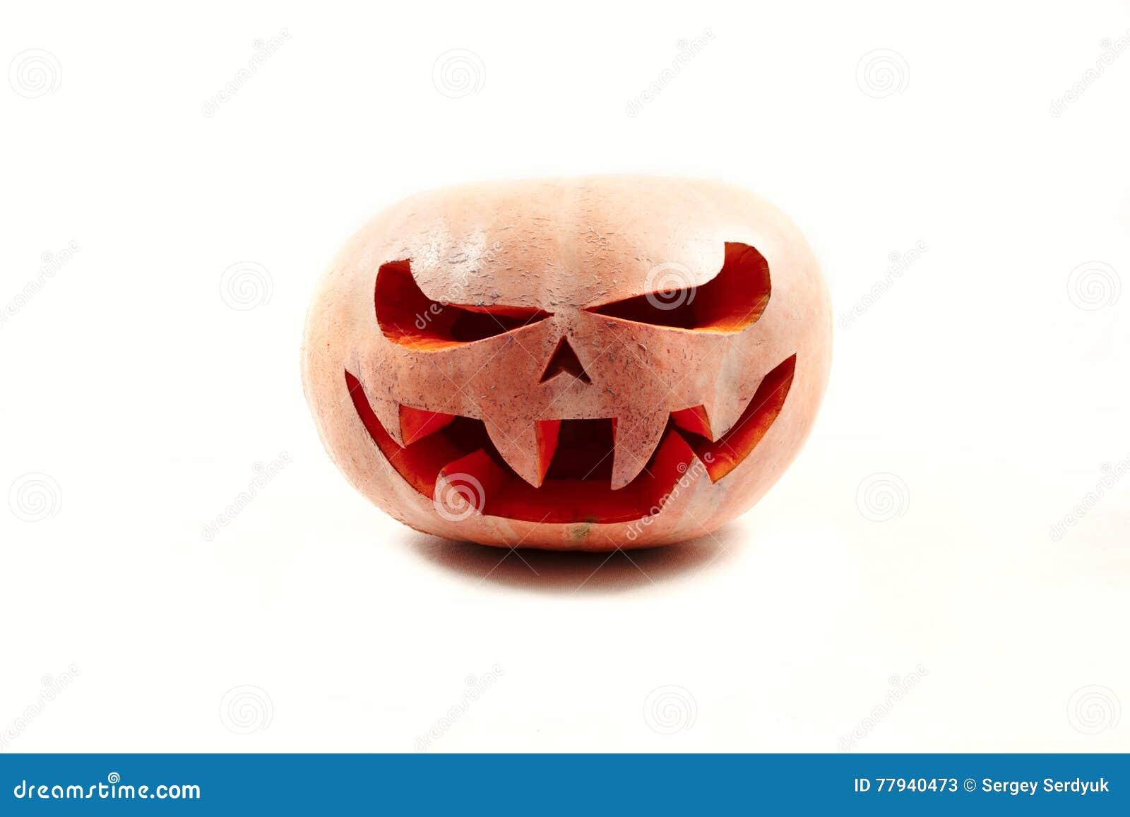 La zucca molto spaventosa di Halloween su un bianco ha isolato il fondo con