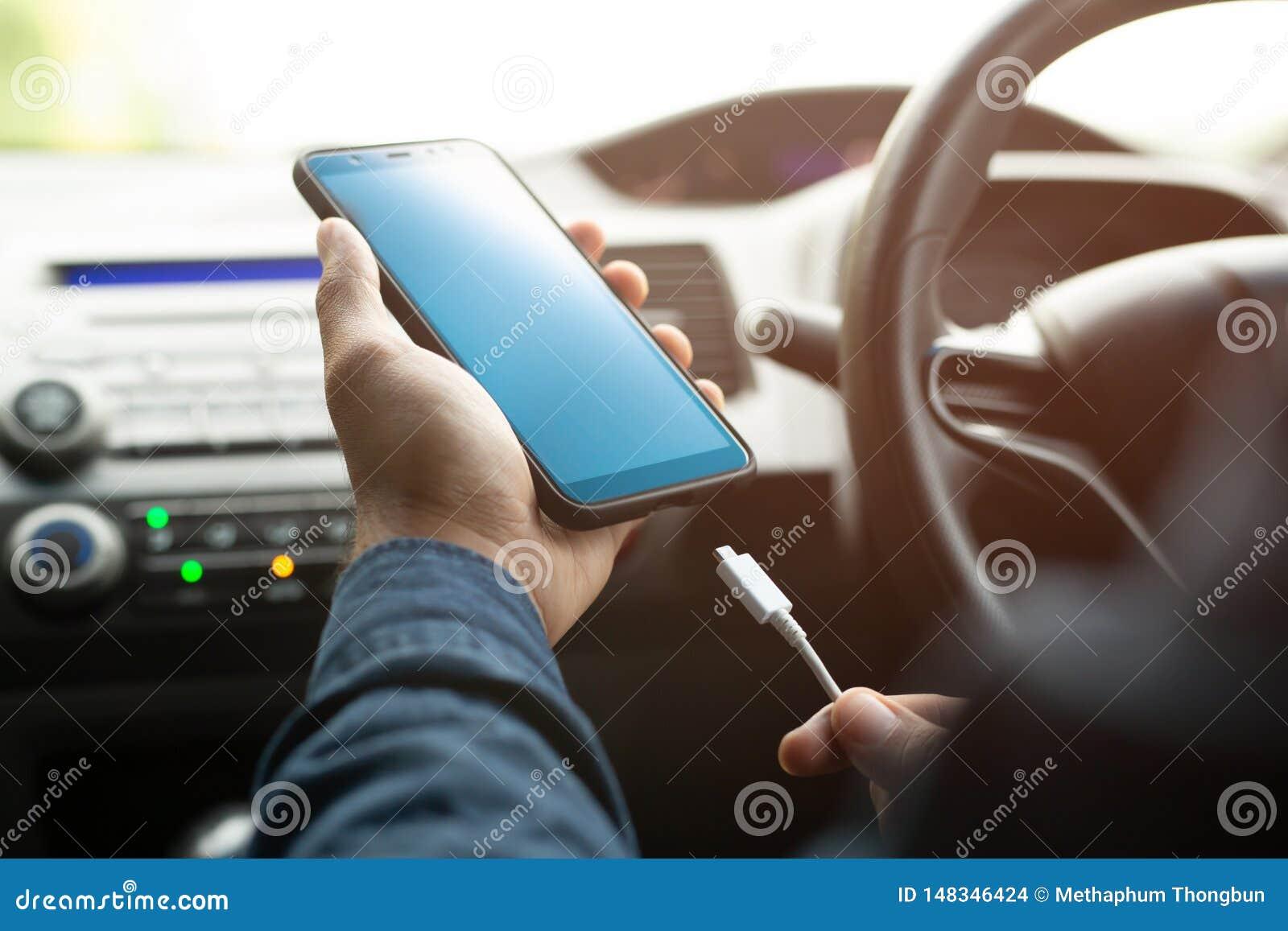 Laad de batterij mobiele smartphone in auto