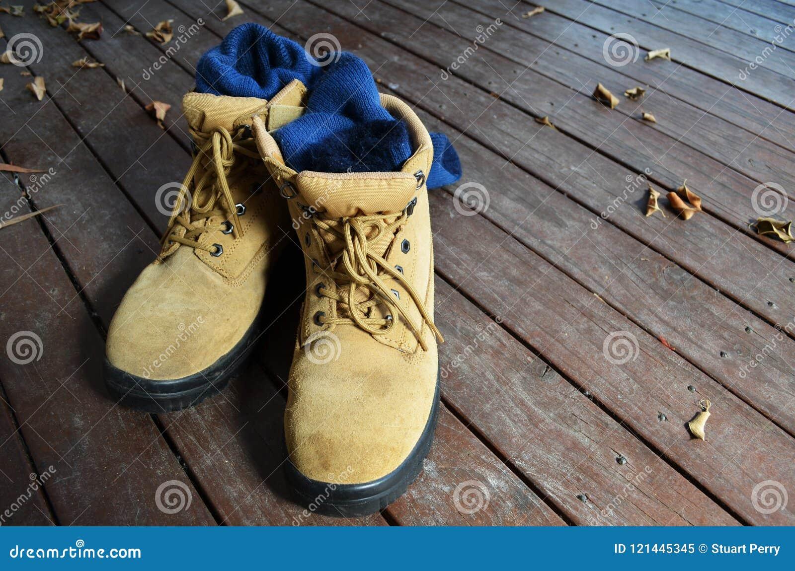 Laarzen en de sokken die van het staal de teen afgedekte werk DIY of huisvernieuwing afschilderen