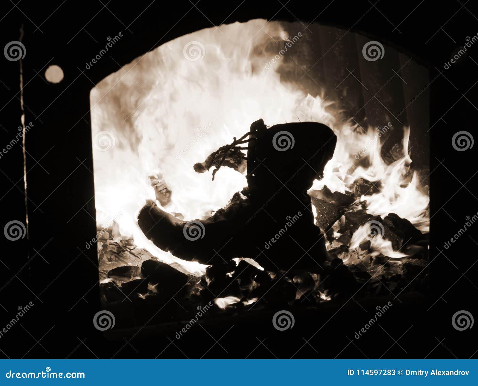 Laarzen militaire brandwonden in de oven van de brand van oorlog