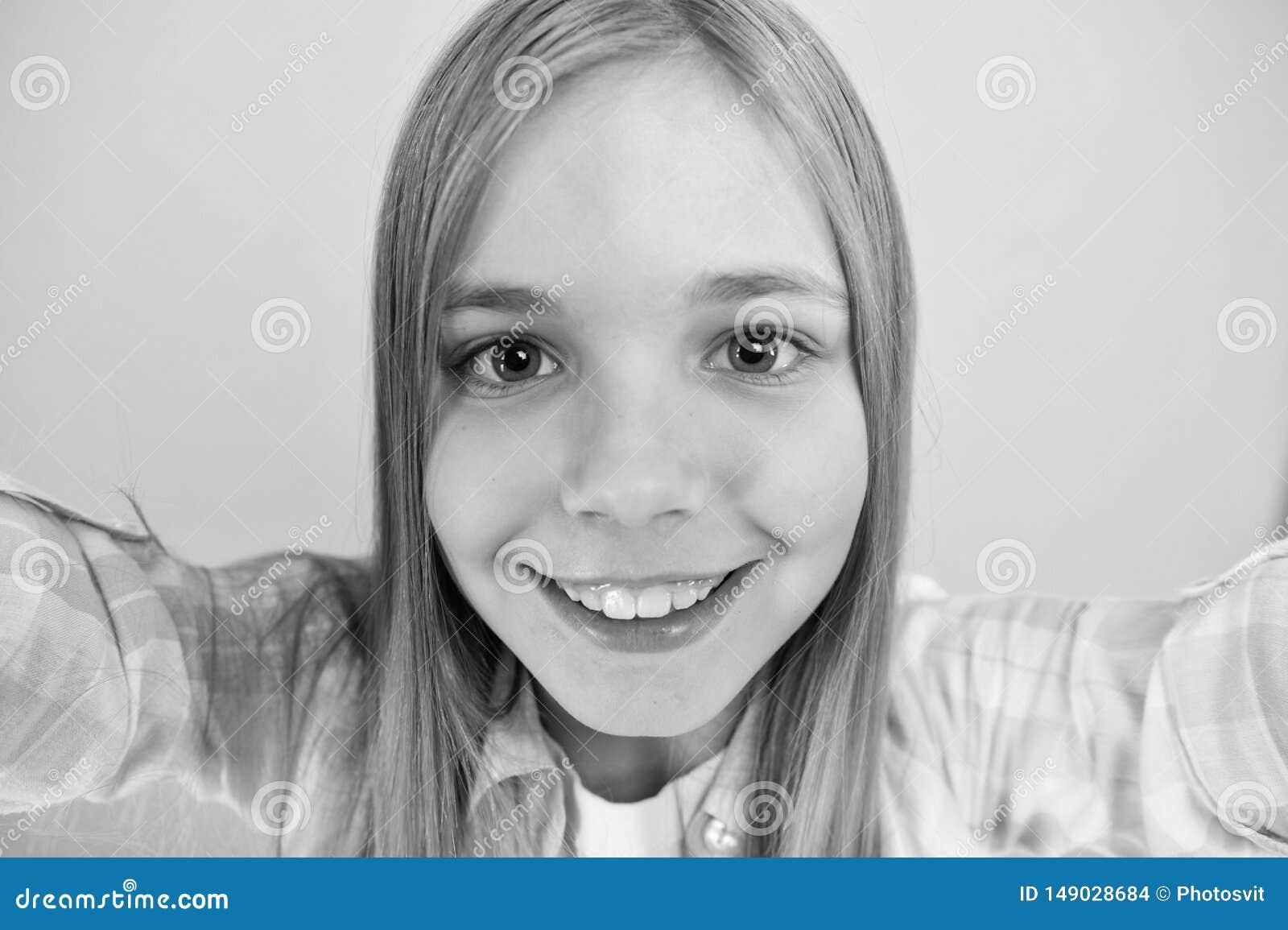 Laat me nemen selfie De greepsmartphone van het kindmeisje neemt foto Het gelukkige gezicht van het kindjonge geitje Videovraagco