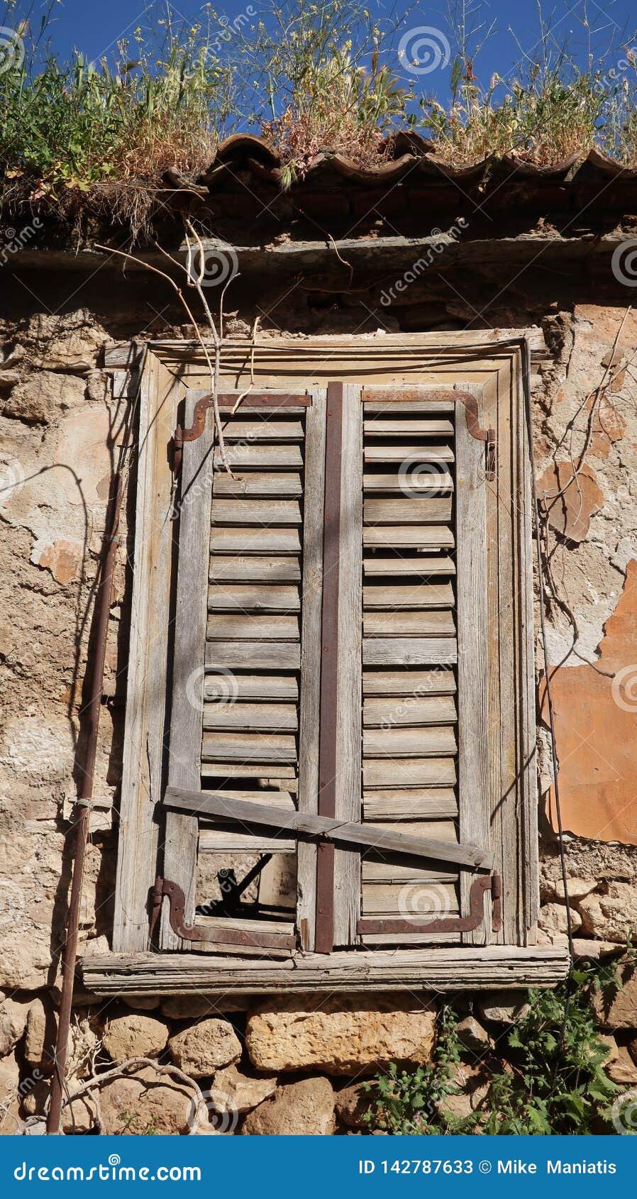 Laatste een eeuw oud verlaten huis