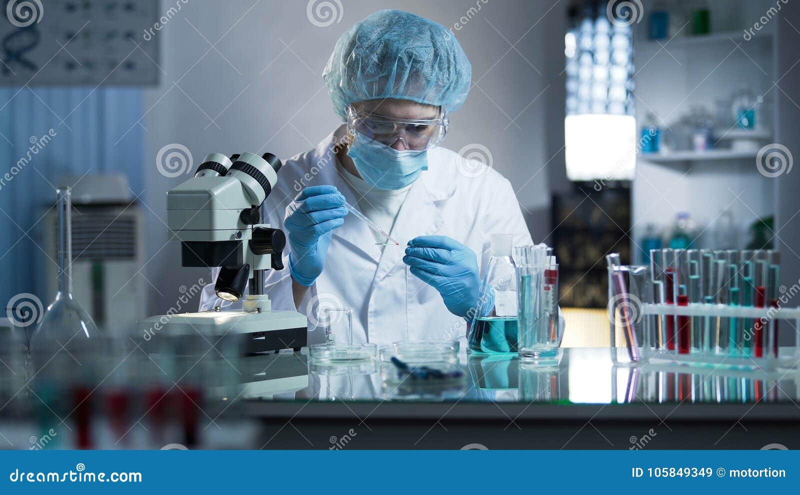 Lab pracownika obcieknięcia próbka na laboranckim szkle badać klonowanie proces