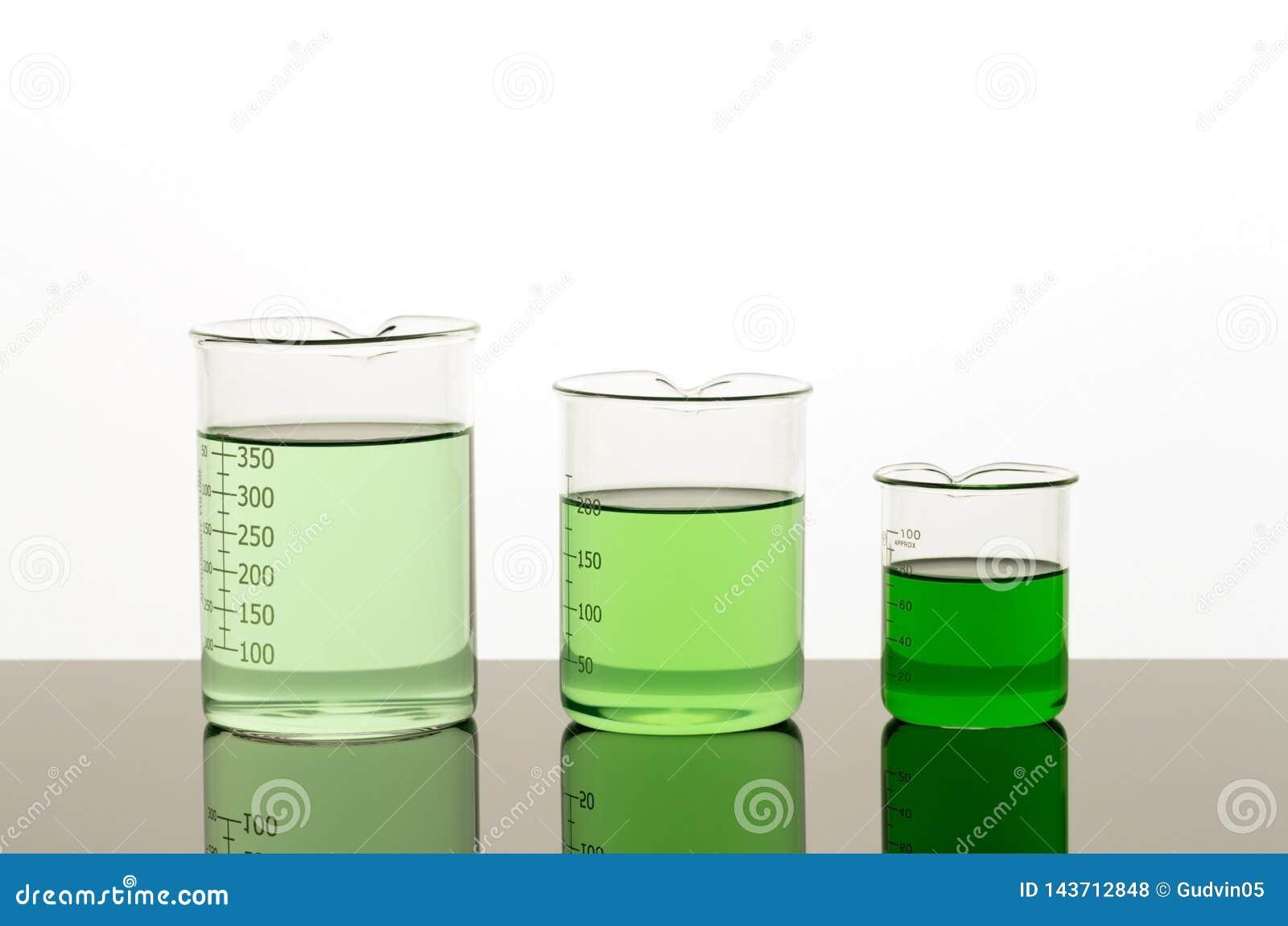 Lab wyposa?enie Trzy zlewki r??ny rozmiar z zielonym cieczem