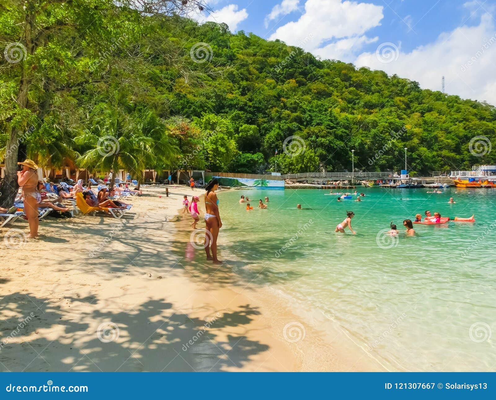 LABADEE HAITI - MAJ 01, 2018: Folk som tycker om dag på stranden i Haiti