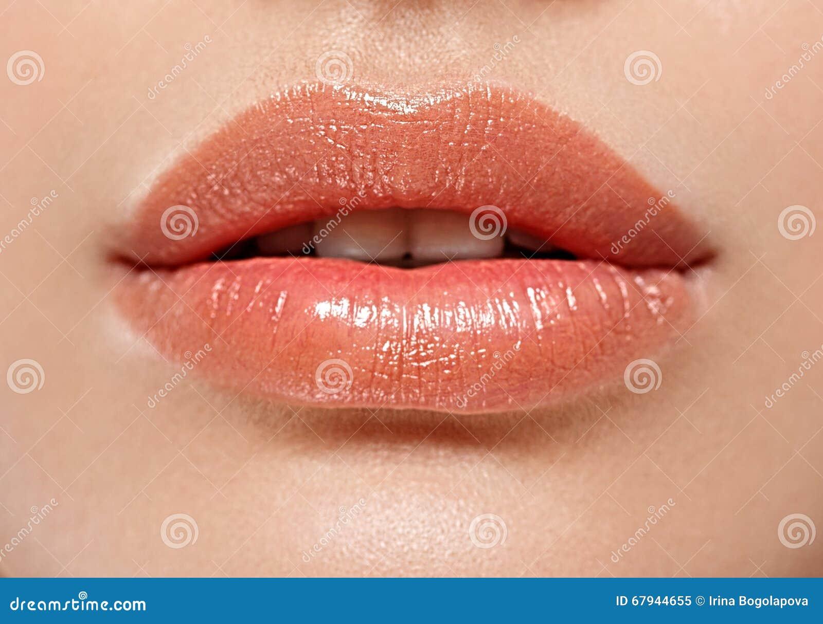 Labbra perfette Fine sexy della bocca della ragazza su Sorriso della giovane donna di bellezza
