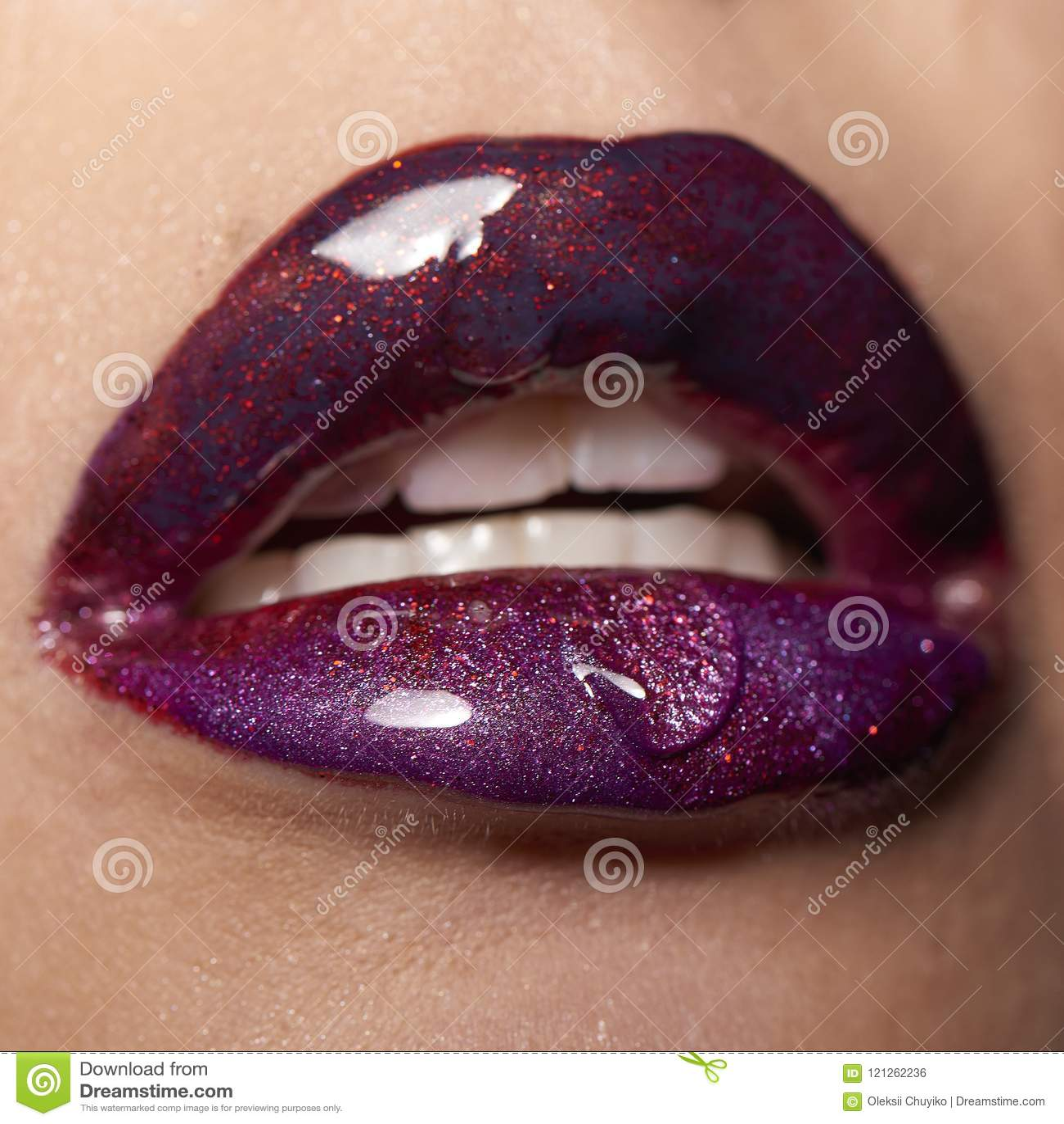 Labbra viola rosse bagnate con goccia