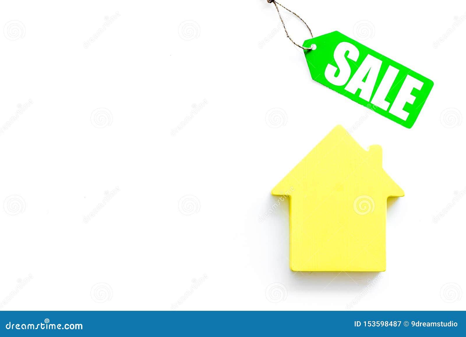Labels de vente avec la maison dans la remise sur la moquerie blanche de vue supérieure de fond