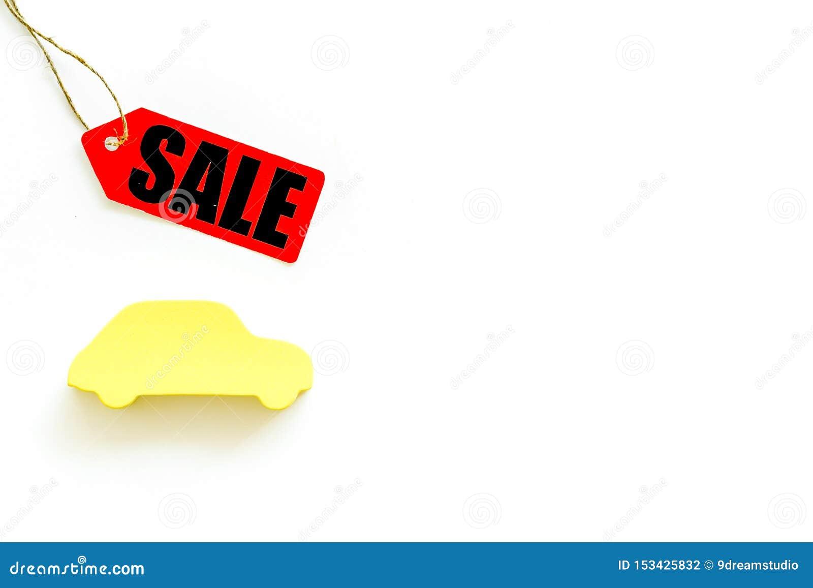 Labels de vente avec la voiture dans la remise sur la moquerie blanche de vue supérieure de fond