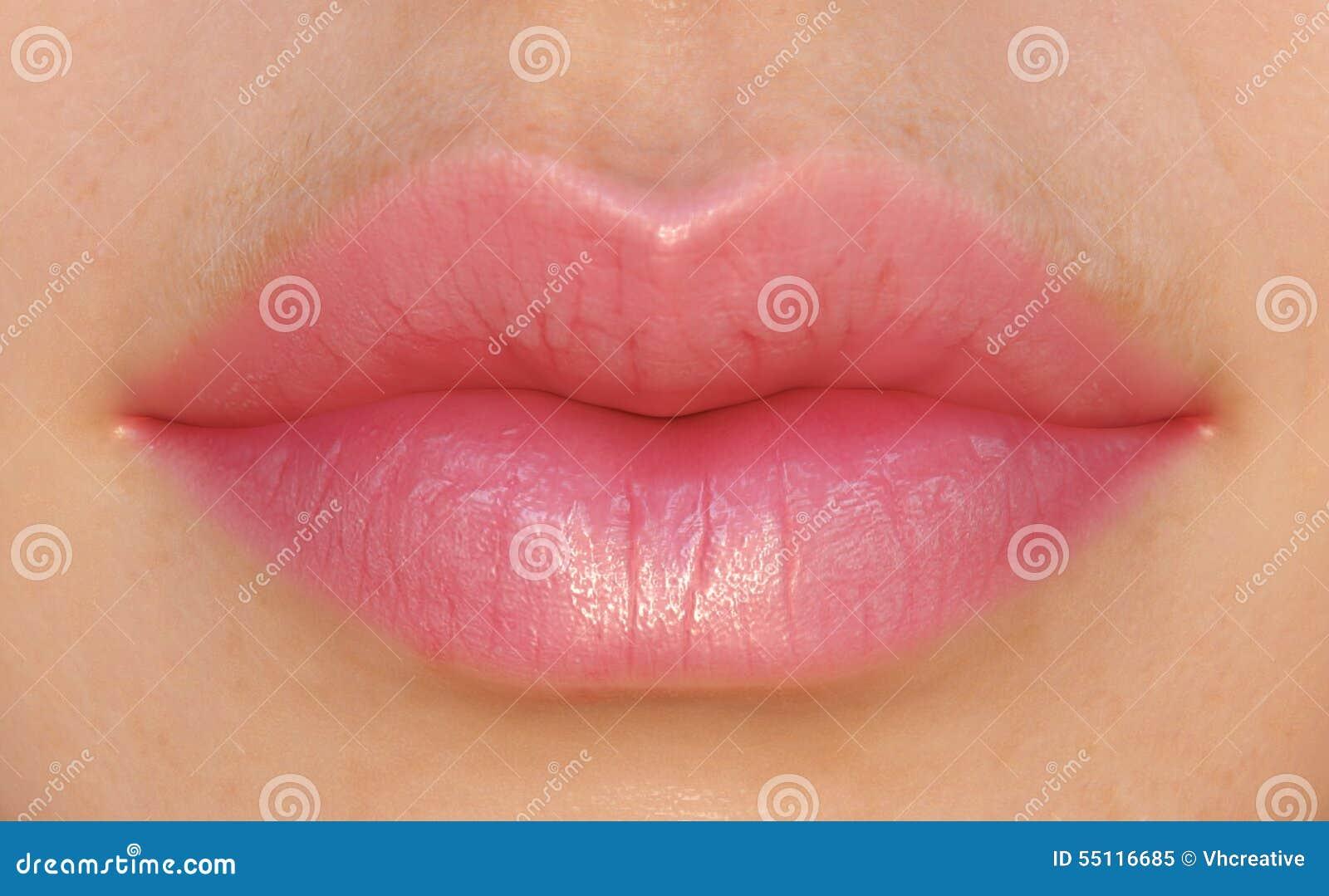 Labios rosados atractivos